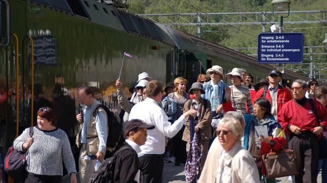 Flåm stasjon kan vere lettare kaotisk når store reisefylgje skal ta toget til Myrdal. Foto: Merete Husmo Høidal, NRK.