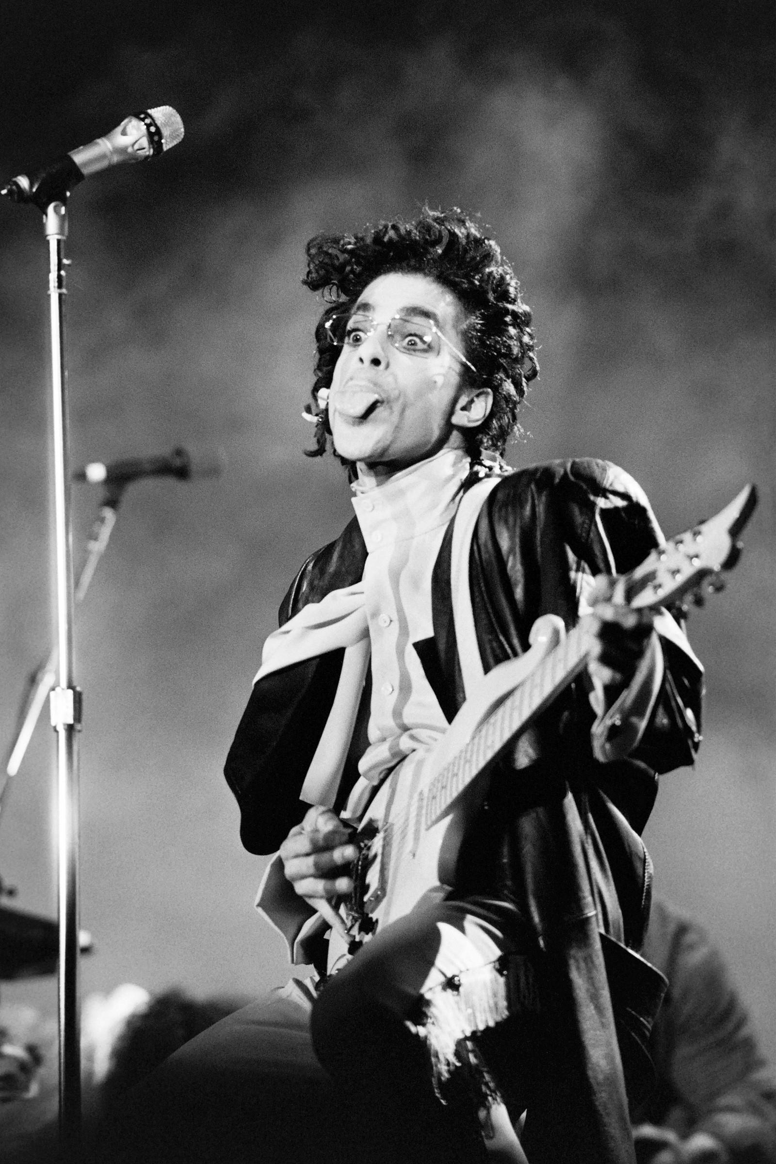 Dette svart-hvitt bildet er tatt i 1987, da Prince opptrådde på Bercy venue in Paris.