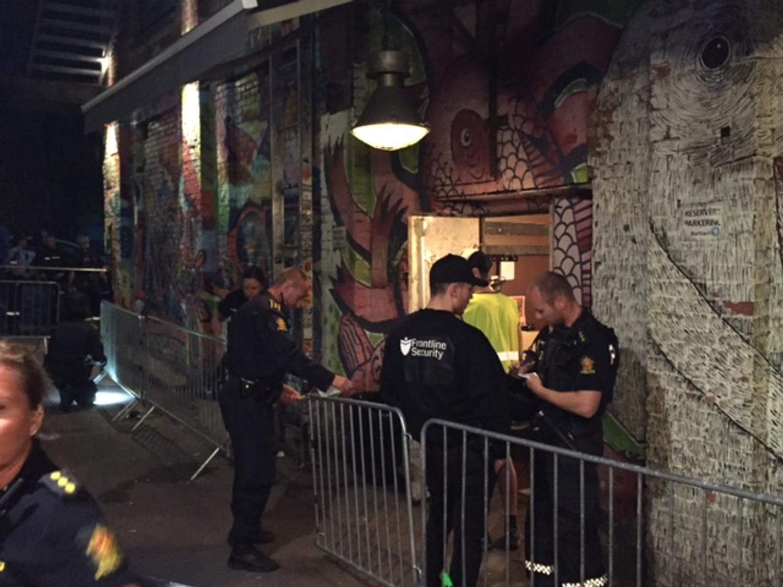 Politiet sender folk hjem fra utestedene Blå og Ingensteds.