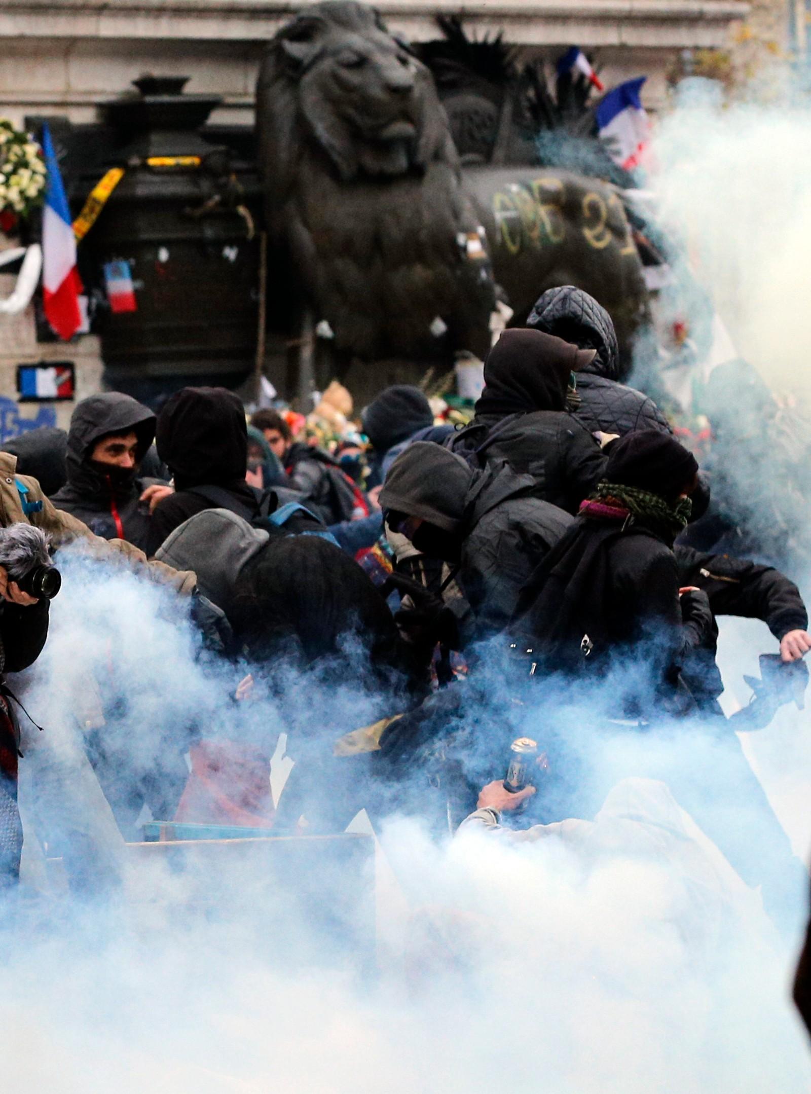 Et hett møte mellom demonstranter og politi før klimatoppmøtet som har pågått i Paris denne uka.