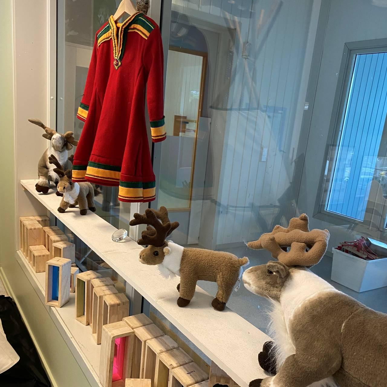 Mange reinsdyr som dekorasjon i den samiske barnehageavdelingen.