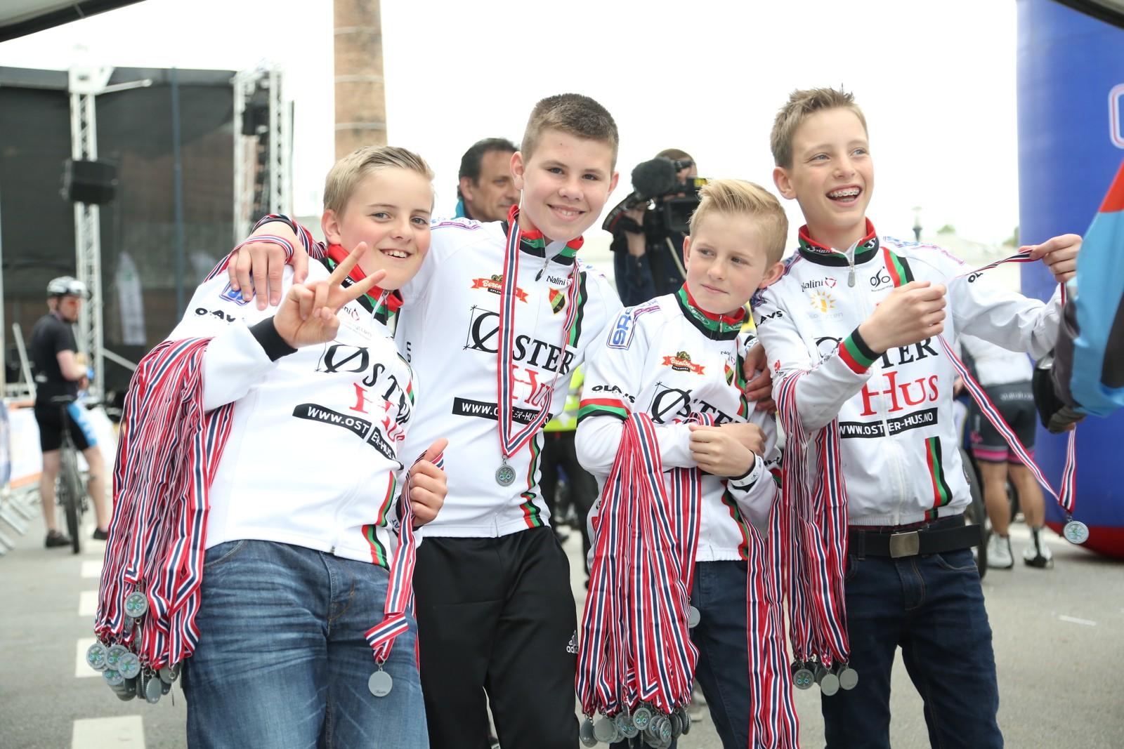Flinke gutter står for medaljeutlevering ved målet i Sandnes.