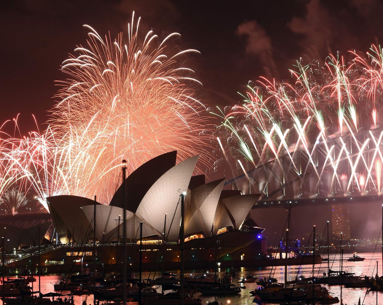 """SYDNEY: 2017 ønskes velkommen i Sydney i Australia med Operahuset og Harbour Bridge opplyst i fantastiske farger. Hele fyrverkeriet gikk i lilla og """"Purple Rain"""" ble spilt, som en hyllest til den avdøde amerikanske artisten Prince."""