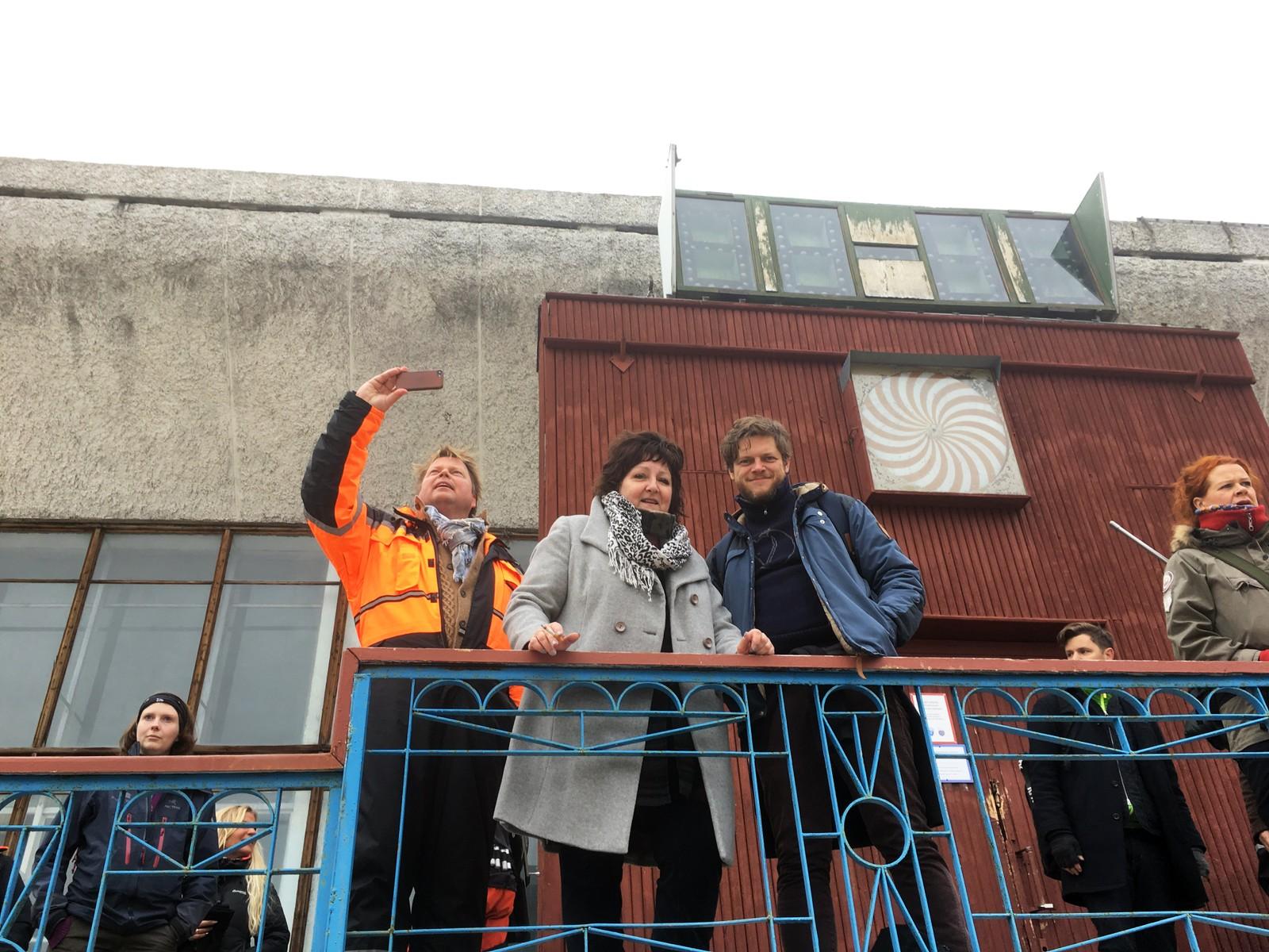 SELFIE & SIGG: Horst, Ragde og Brenner på utsiden av kulturhuset på Pyramiden.