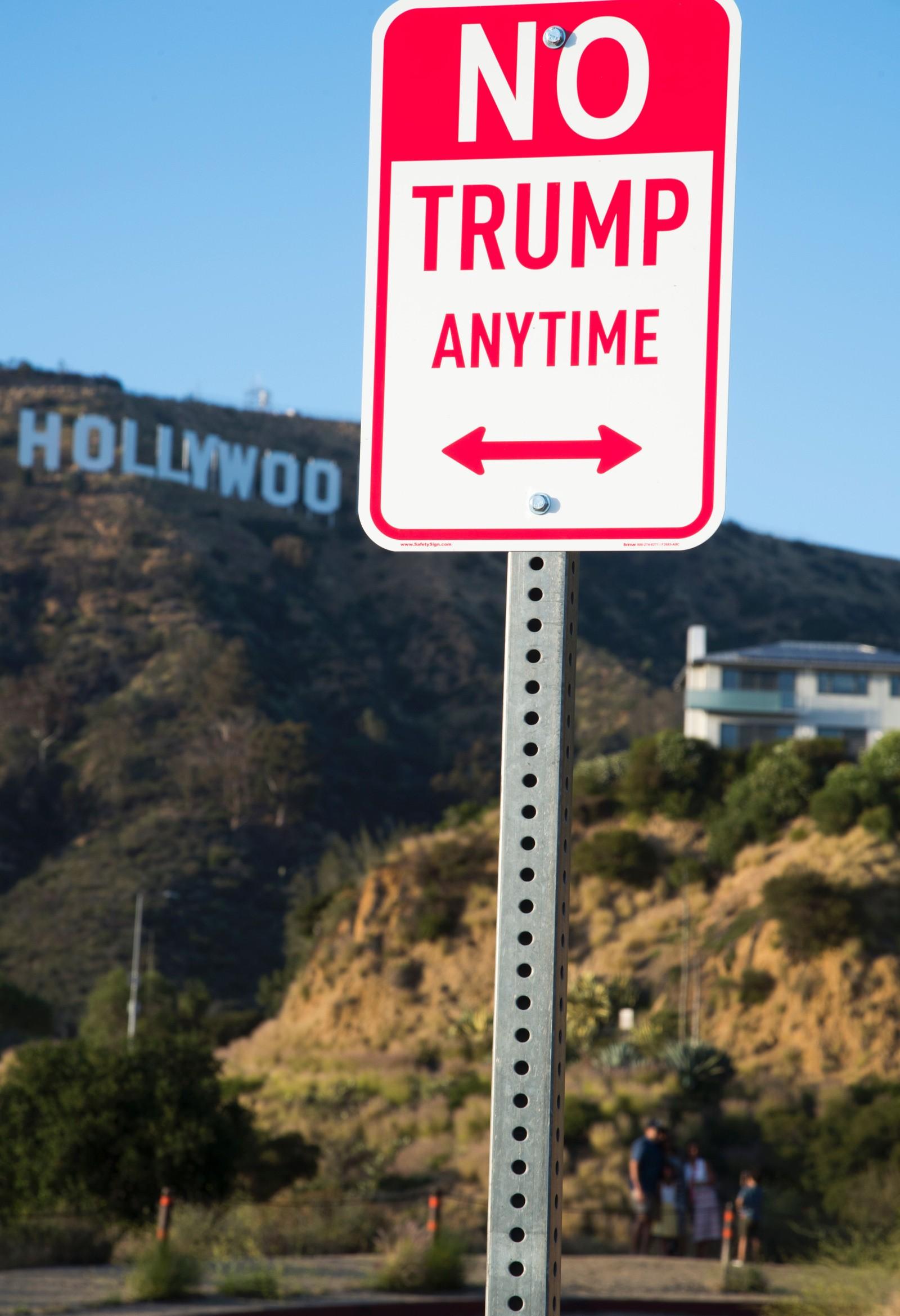 Kunstneren som kaller seg Plastic Jesus står bak dette anti-Donald Trump-skiltet som ble satt opp flere steder i Los Angeles og andre amerikanske byer denne uka. Kunstnerens verker spiller på veiskiltet der det vanligvis står «No parking anytime».