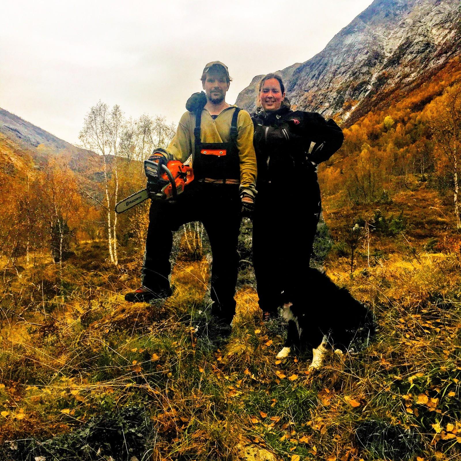 Endre Distad og Maria Langhelle med hunden Cody i Jordalsdalen i Fjærland.