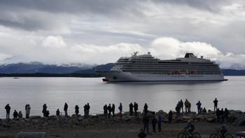 Viking Sky nær land i Molde.