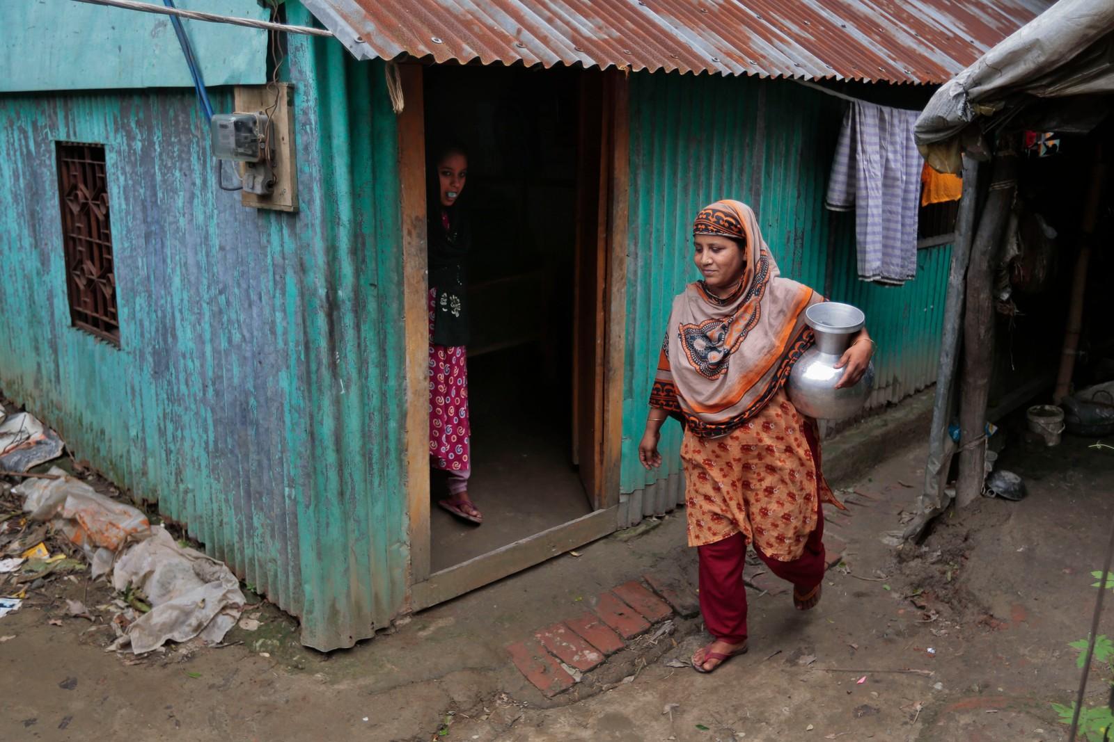Lutfa Begum går med vann som ennå ikke er testet for arsenikkforgiftning i landsbyen Khirdasdi utenfor Dhaka.