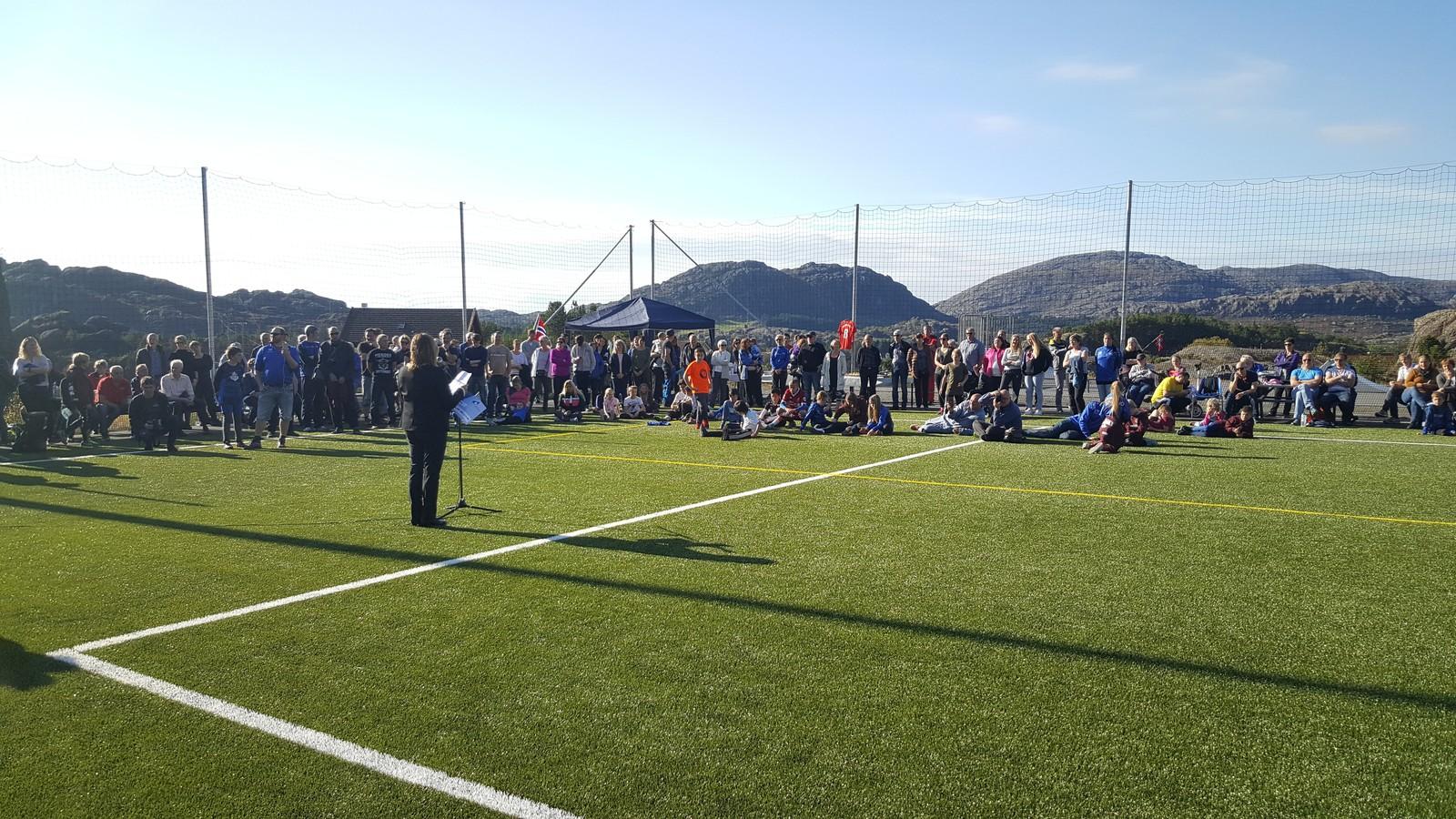 OPNING: Ordførar Gunn Mongstad og tidlegare fotballpresident Per Ravn Omdal stod for opninga av idrettsparken.