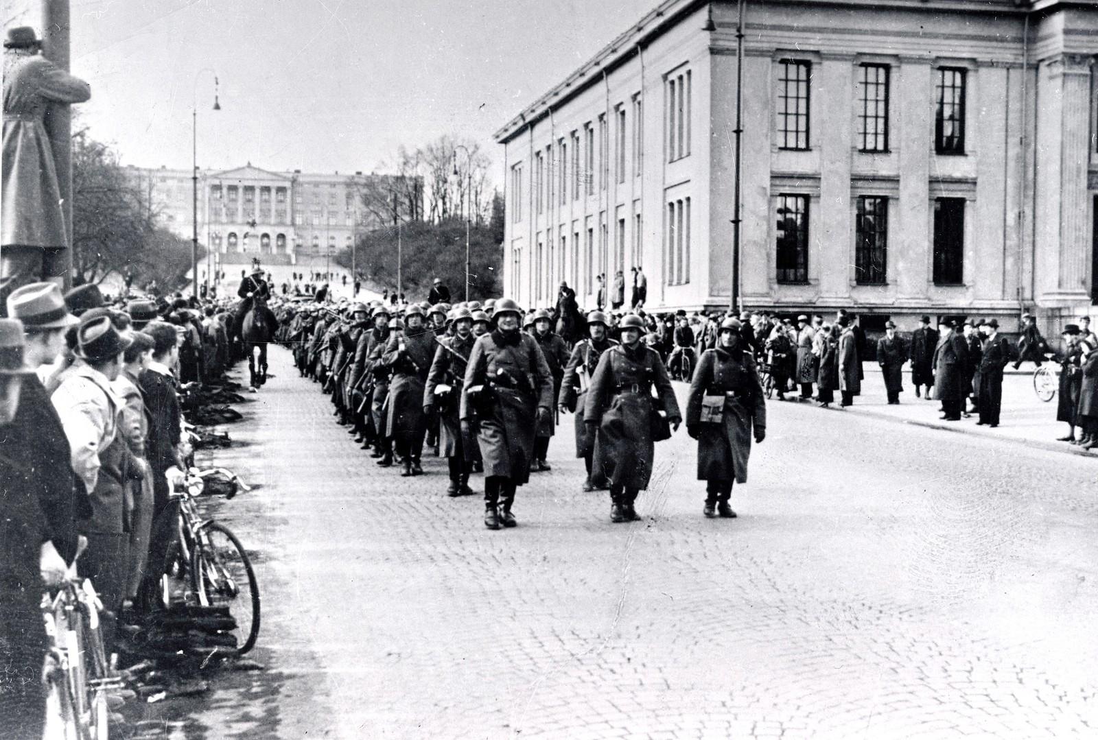 Tyske styrker rykker inn i Oslo, og marsjerer på Karl Johans gate ved Universitetet 9. april 1940.