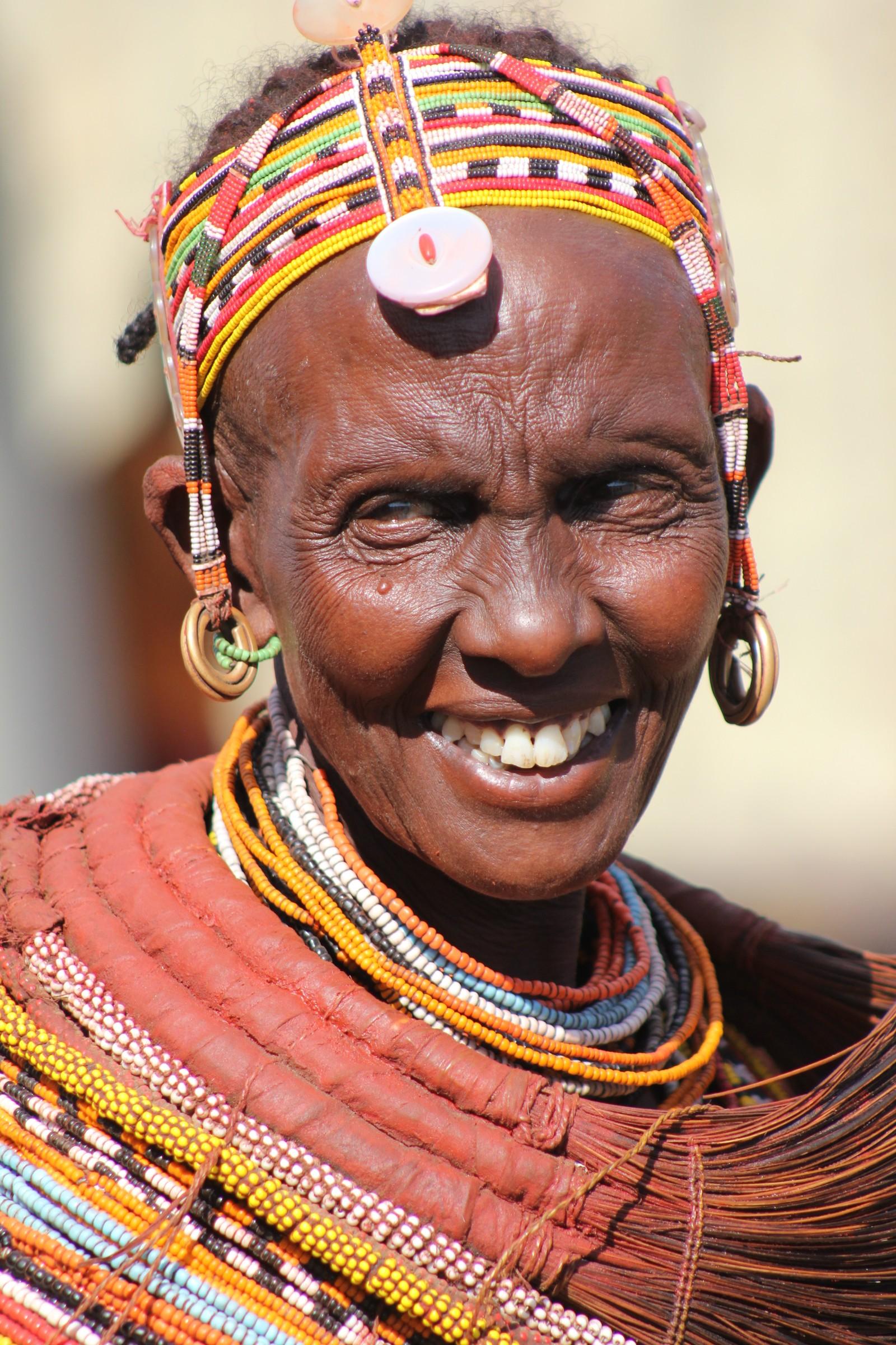 Ringene av lær rundt halsen er laget av geiteskinn og symboliserer at kvinnen er gift.