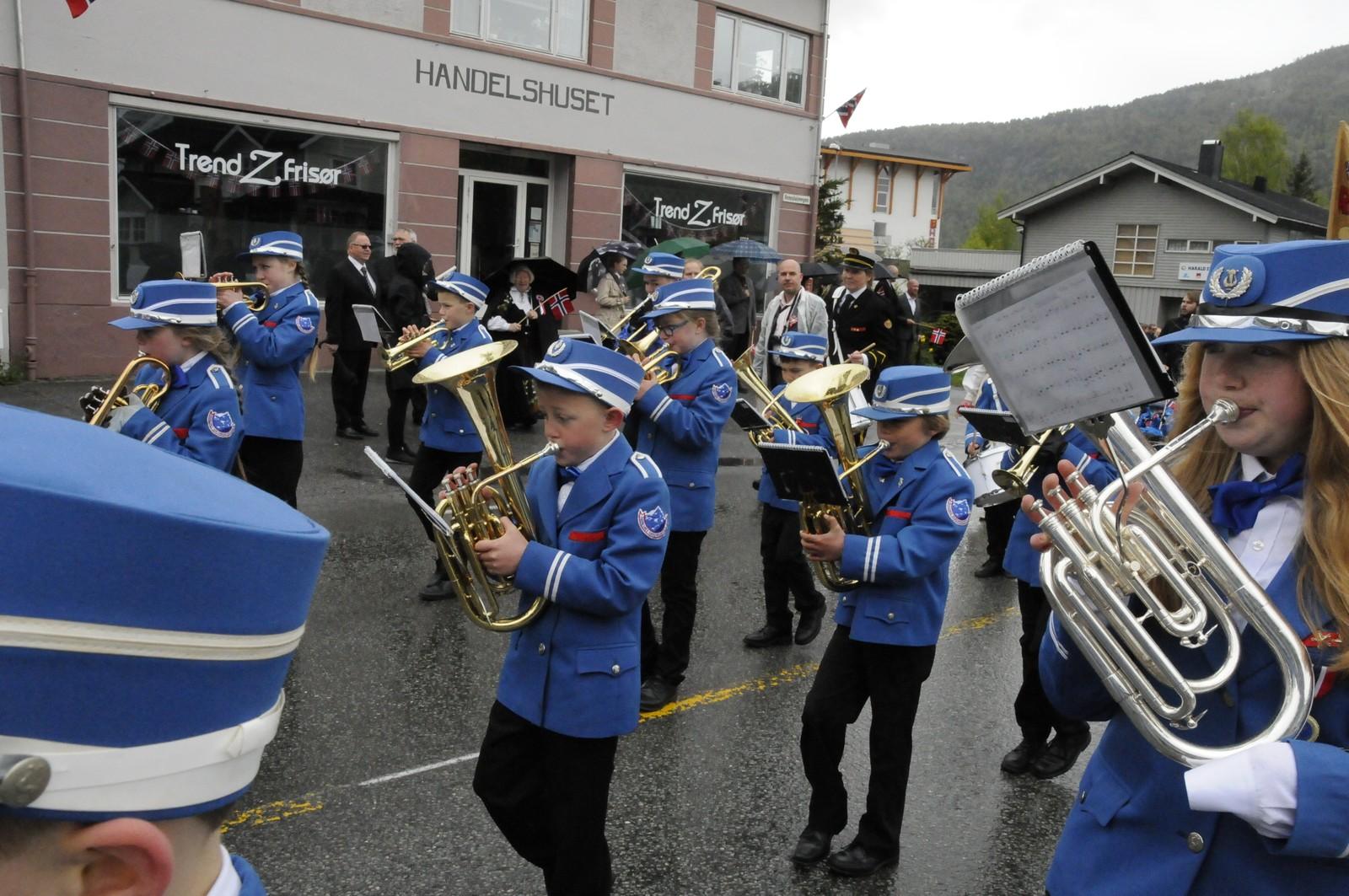 Åndalsnes & Isfjorden skolekorps holdt takten og spilte feiende marsjer
