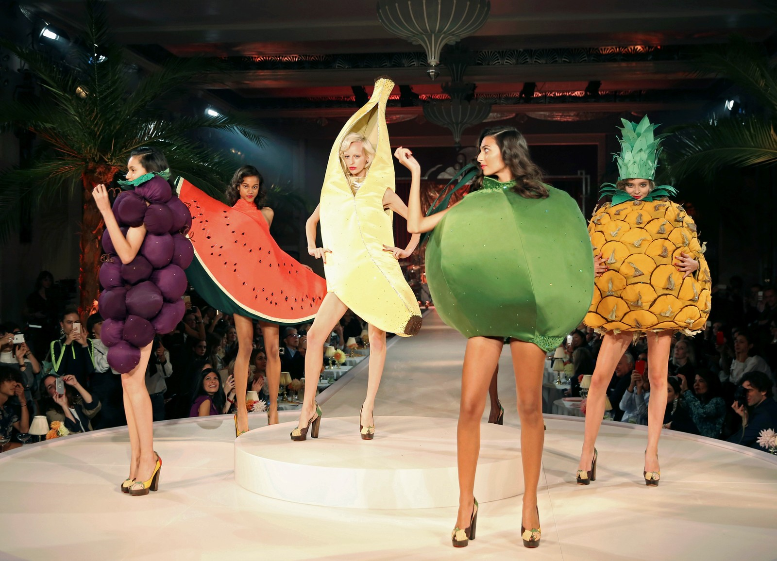 Modellene var kledd opp som frukt på catwalken under Charlotte Olympias visning av vår/sommer-kolleksjonen under London Fashion Week 18. september.