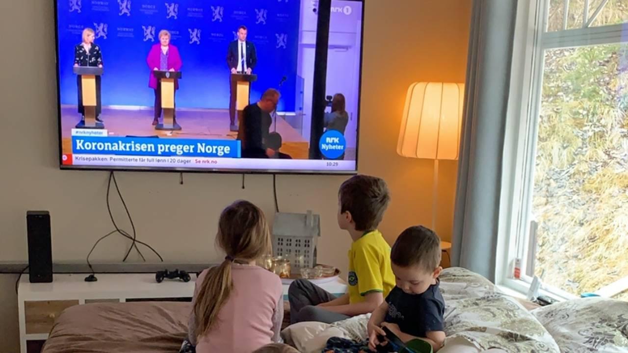 Ninas barn ser på pressekonferanse i mars.