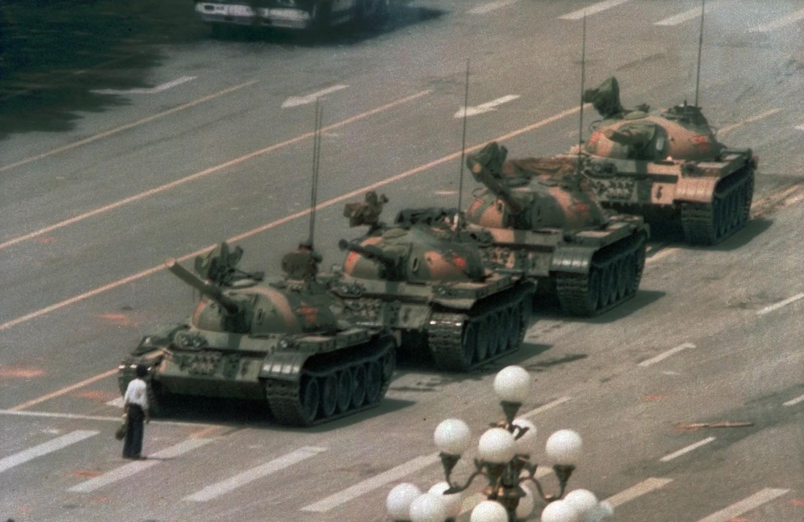STUDENTOPPRØR: Den 5. juni 1989 stiller en ukjent kinesisk mann seg opp midt i gata i Beijing da militæret setter inn tanks mot protestantene.