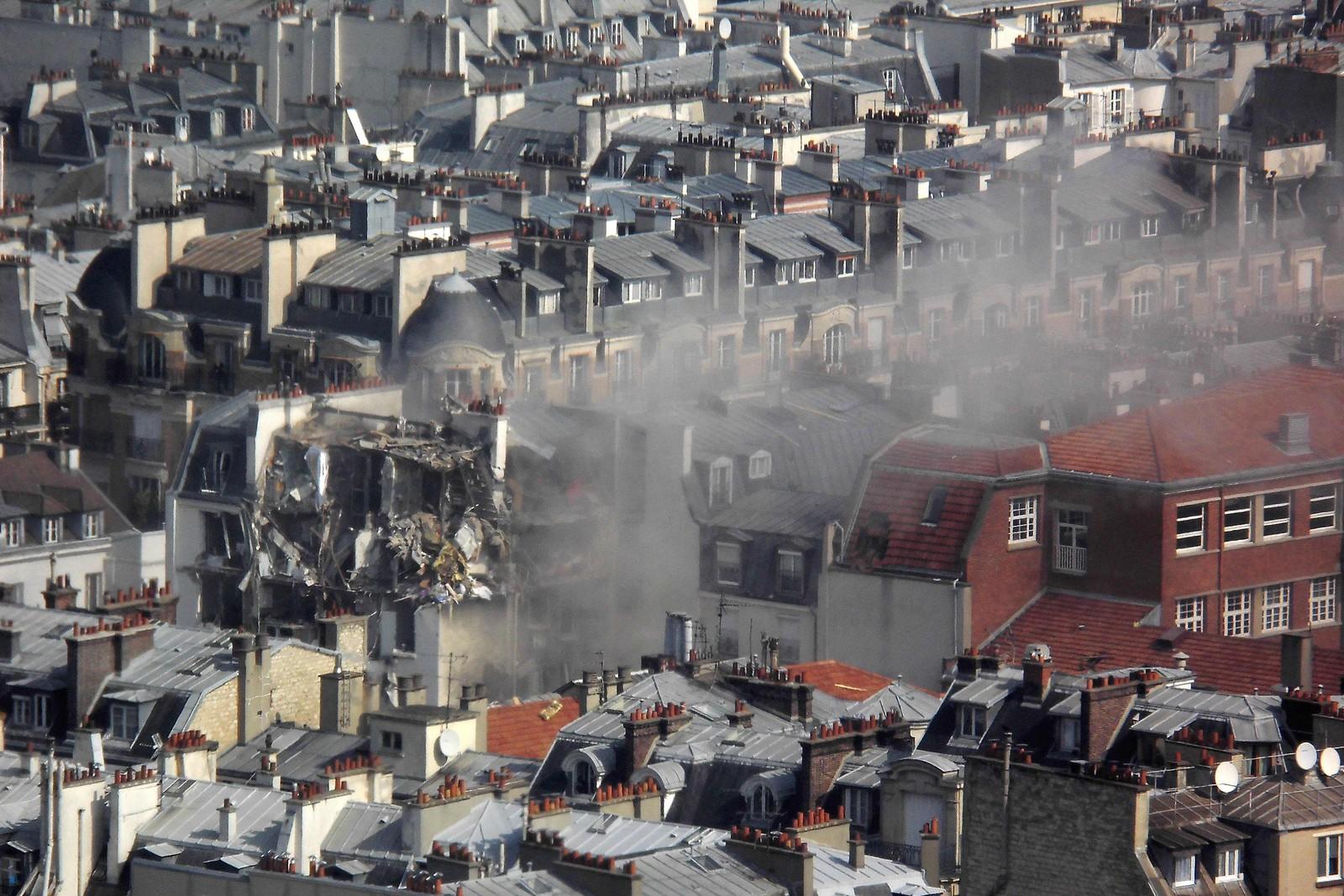 Røyk spredte seg over nabolaget i sentrale Paris.