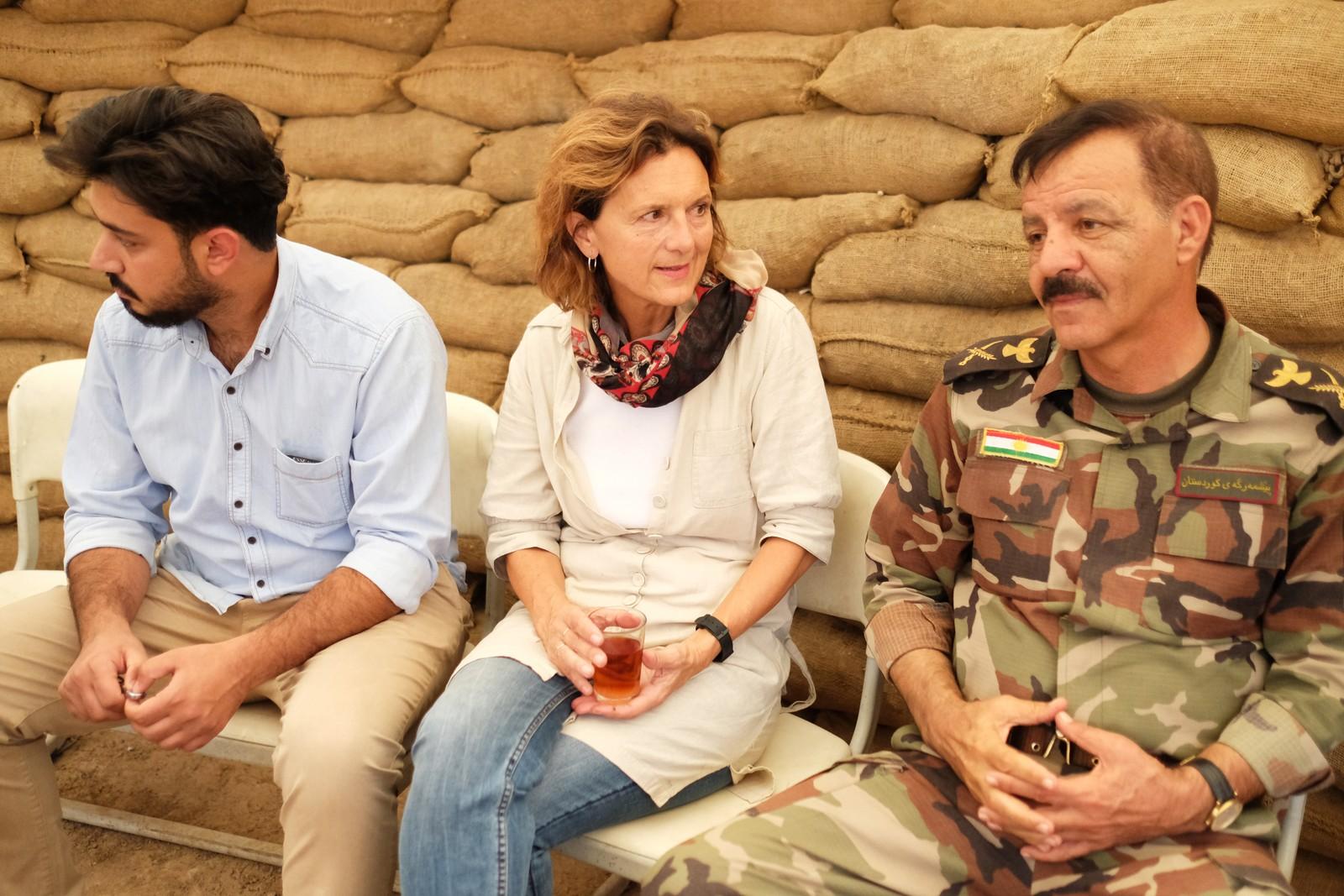 Korrespondent Sidsel Wold får servert te av peshmergageneral Noor al-Din ved frontlinjen ved Bashika, nord for Mosul. Sammen med fotojournalist Christian Kråkenes har hun reist to uker i Irak og Syria.