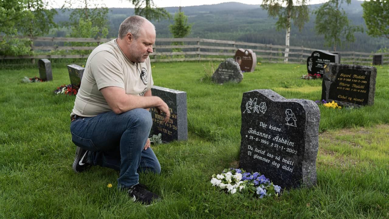 Roger Åsheim besøker grava til sønnen Johannes som ble drept av seks hunder i 2002.