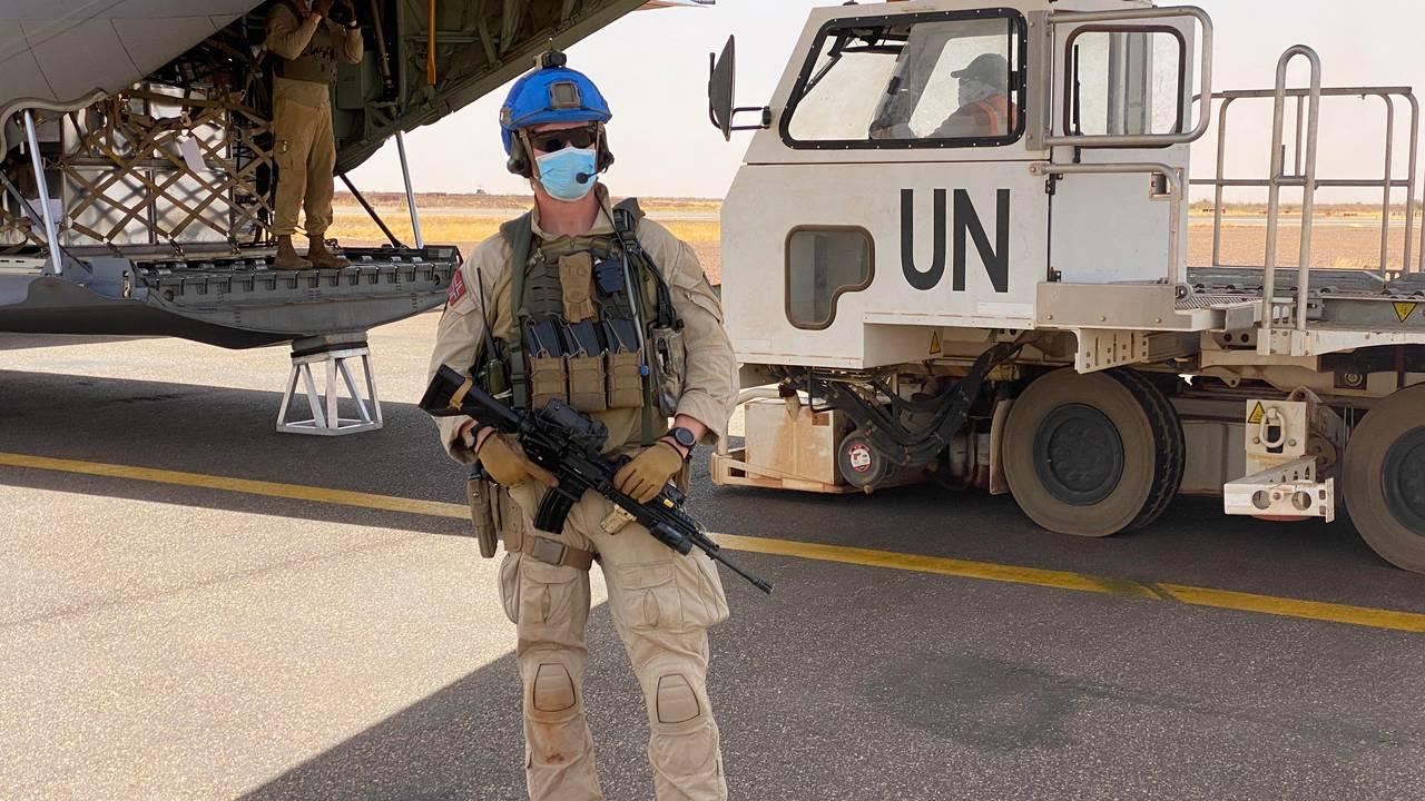 En av soldatene fra den norske vaktstyrken ved Hercules-flyet under en mellomlanding i Gao.