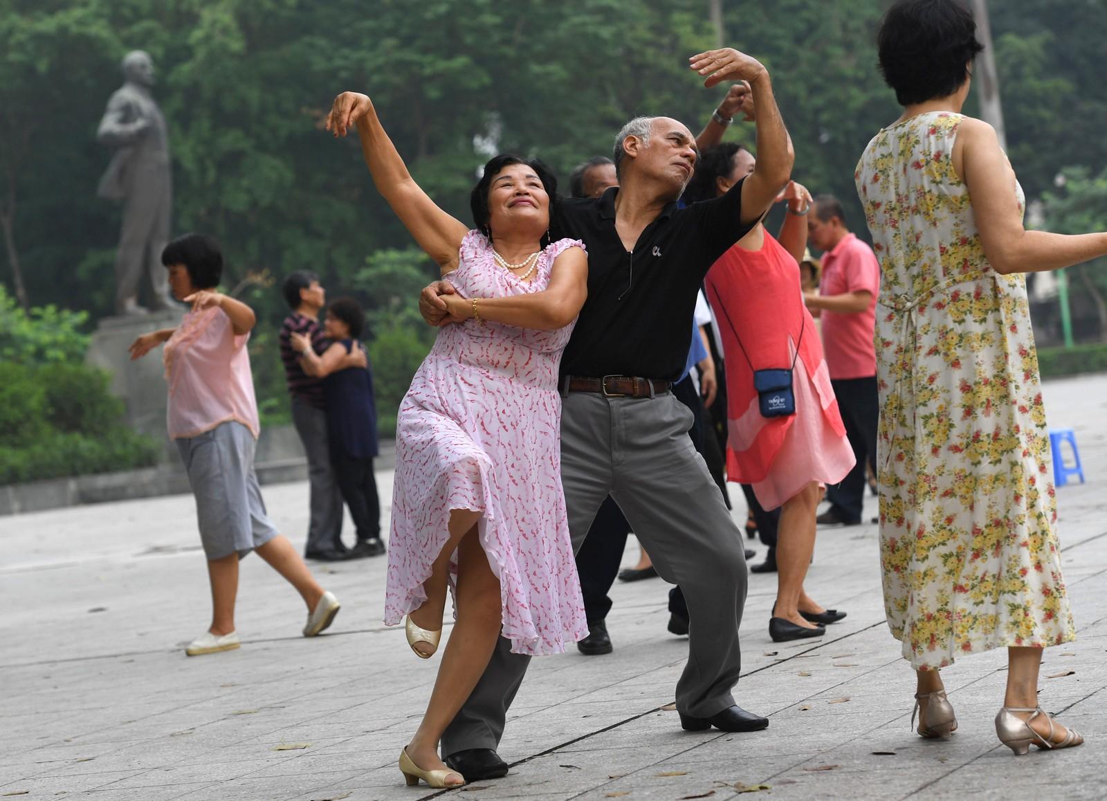 Disse fine menneskene er med i en danseklubb i Hanoi i Vietnam.