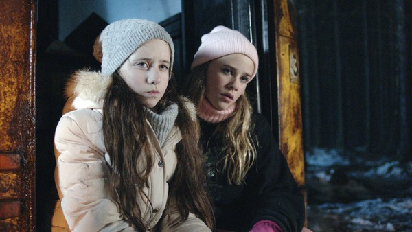 Norsk dramaserie. (13:13)       Barna til rektor, Herman og Caroline, trenger seg inn i bussen og Tess blir rasende. Gjengen vår finner ut at ikke alt er som de trodde med Herman og Caroline.