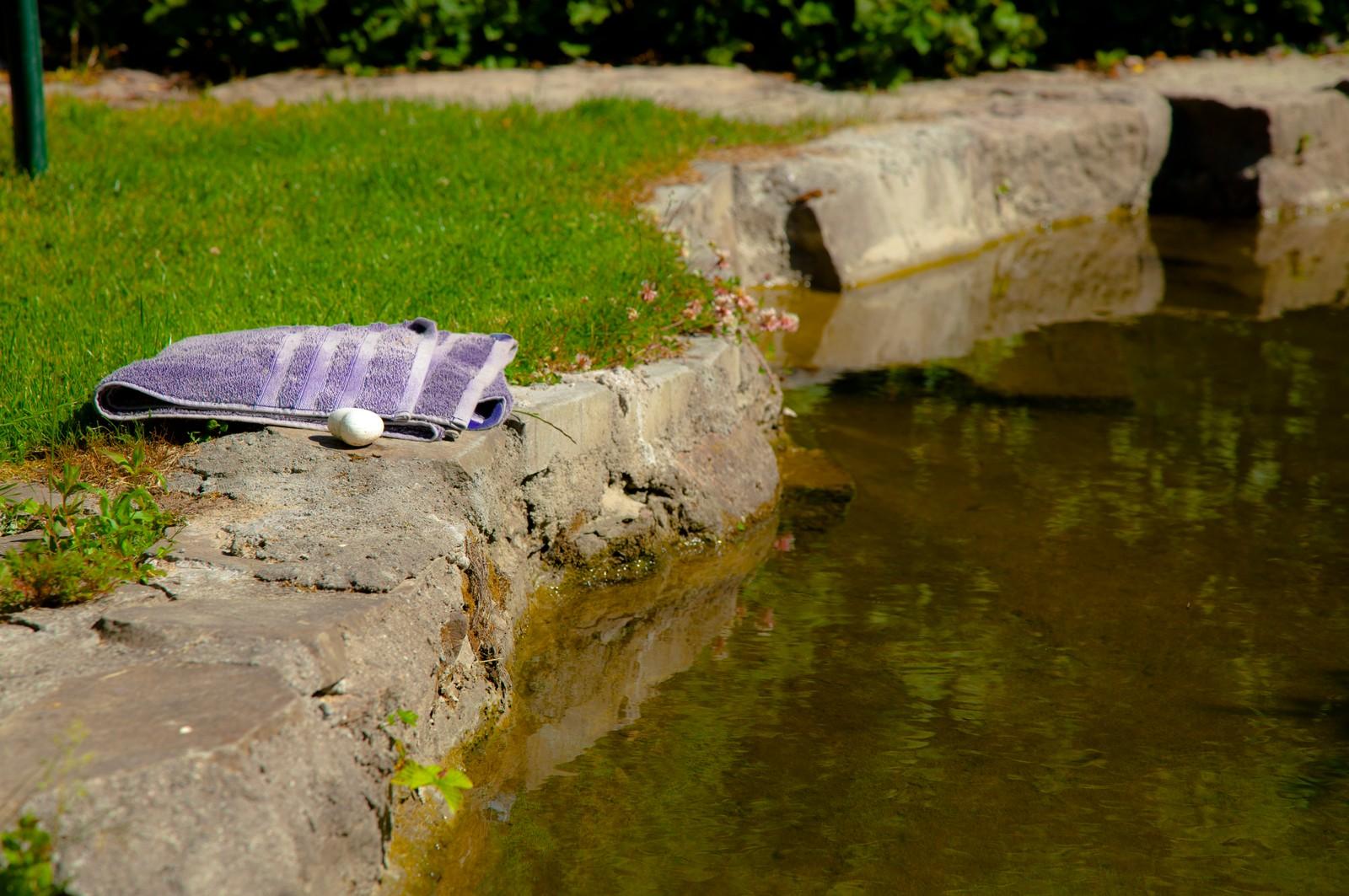 Kulpen har han anlagt i hagen, og det renner en bekk gjennom den. Her bader han minst en gang om dagen på sommeren.