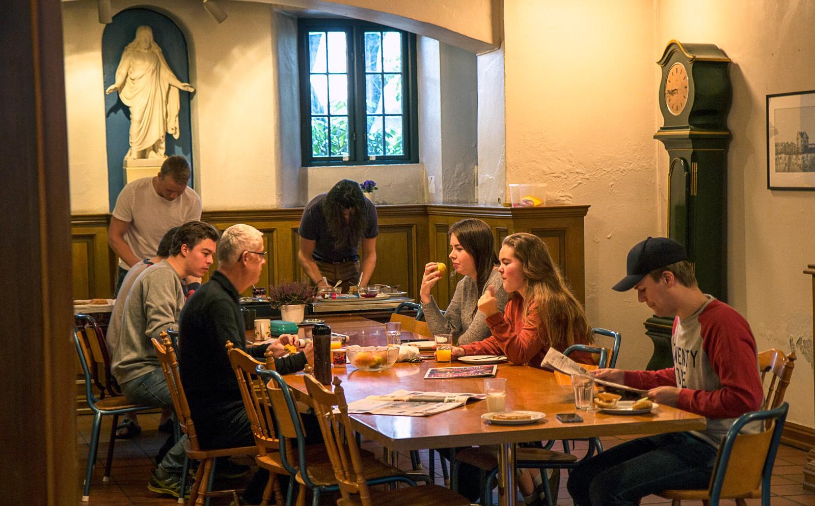 I dag betaler studentene 5 500 kroner i måneden for å bo på Studenterhjemmet. Frokost og kveldsmat er inkludert i den prisen.
