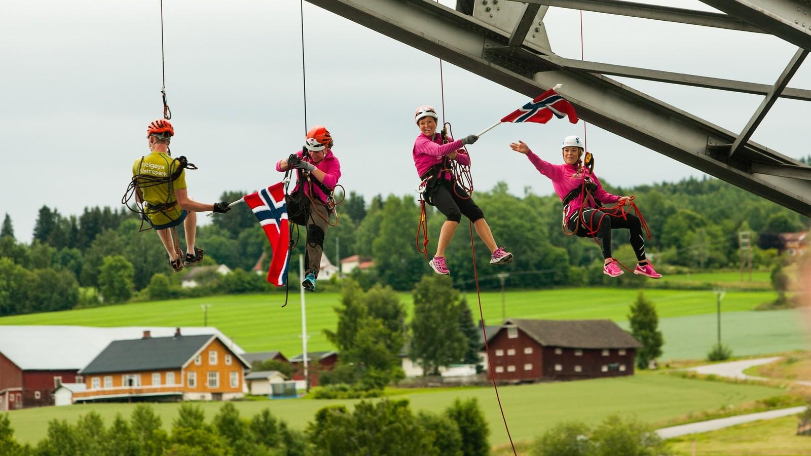 Helgøya klatreklubb valgte å henge under brua.