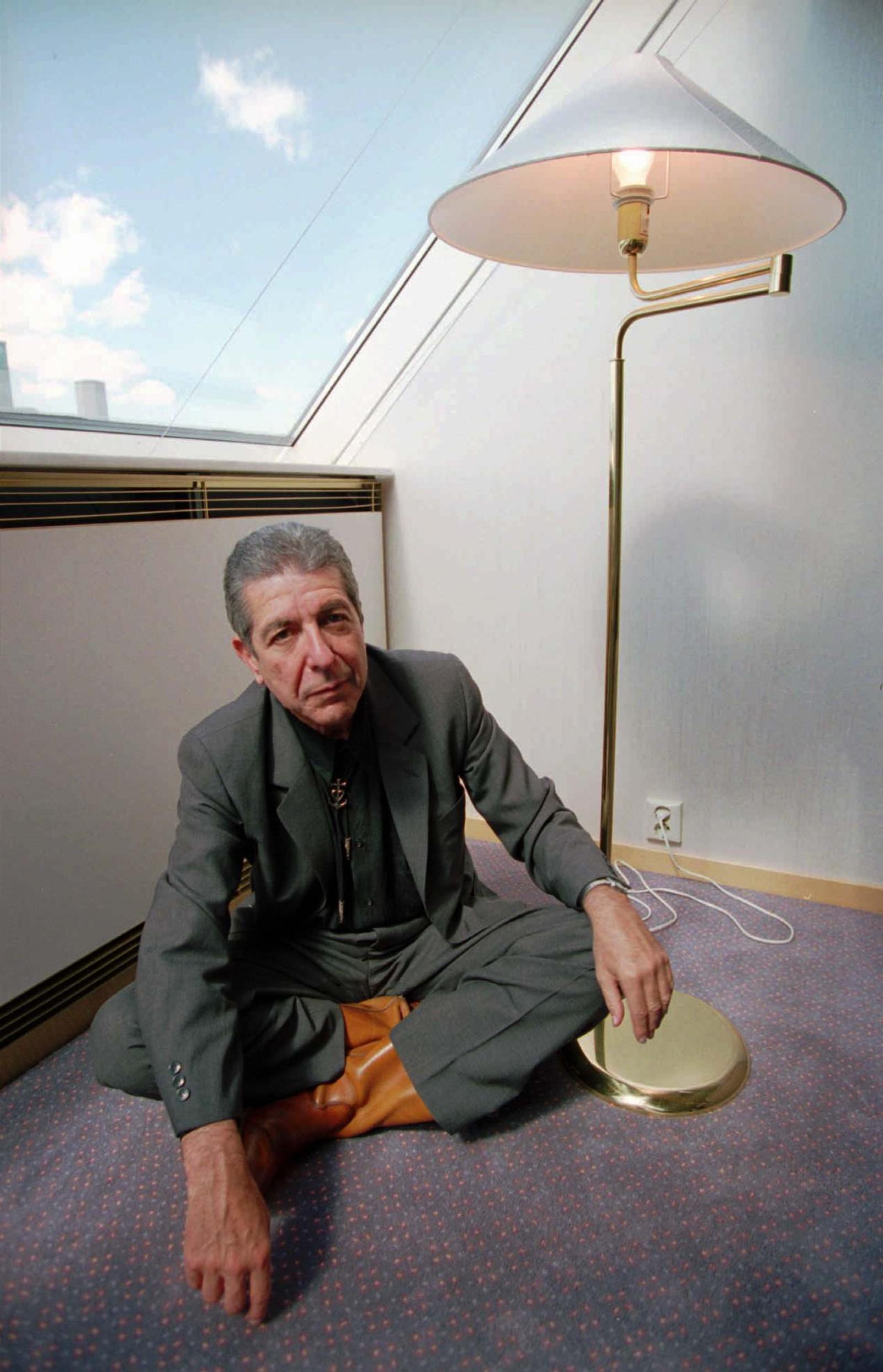 1994: Leonard Cohen sitter ved siden av en tent lampe.