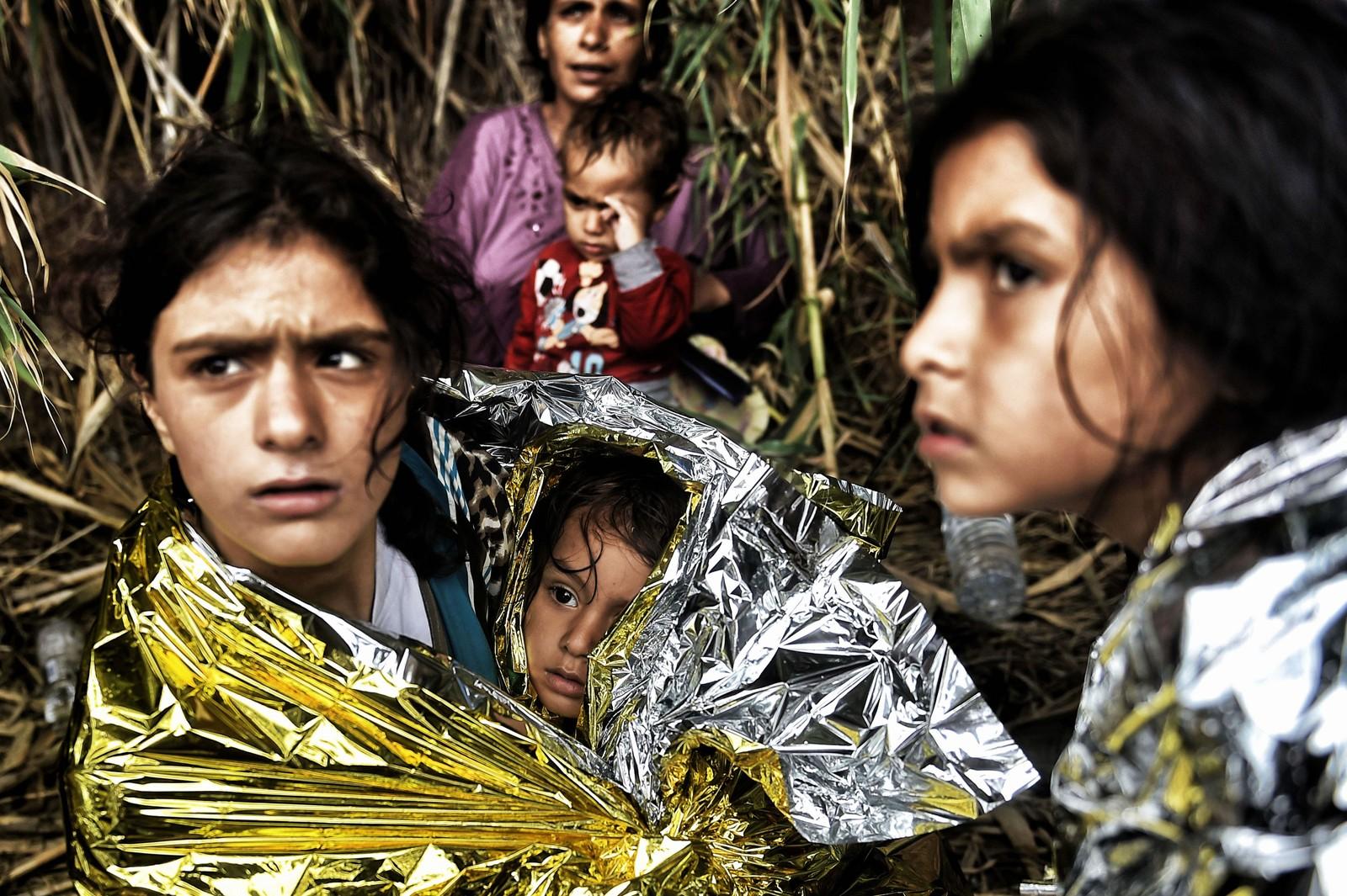 En gruppe syriske kvinner og barn i varmetepper som akkurat har kommet i land på Lesvos 28. september 2015.