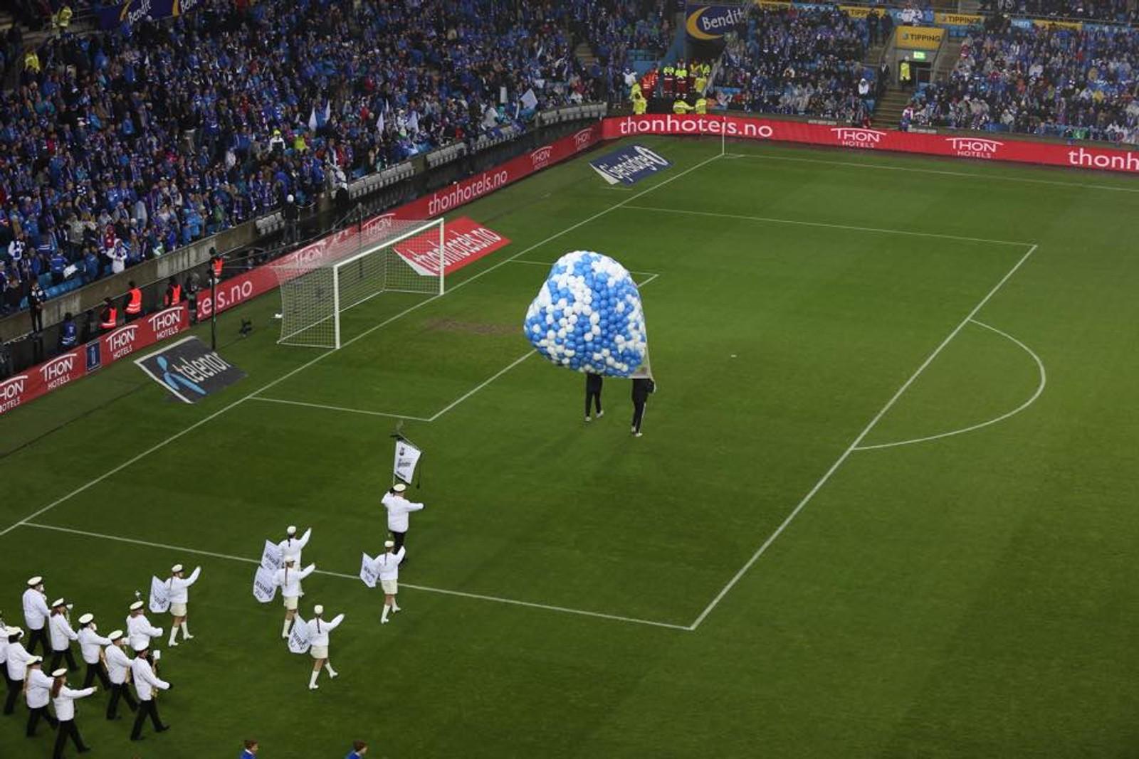 Her åpnes kampen med ballonger.