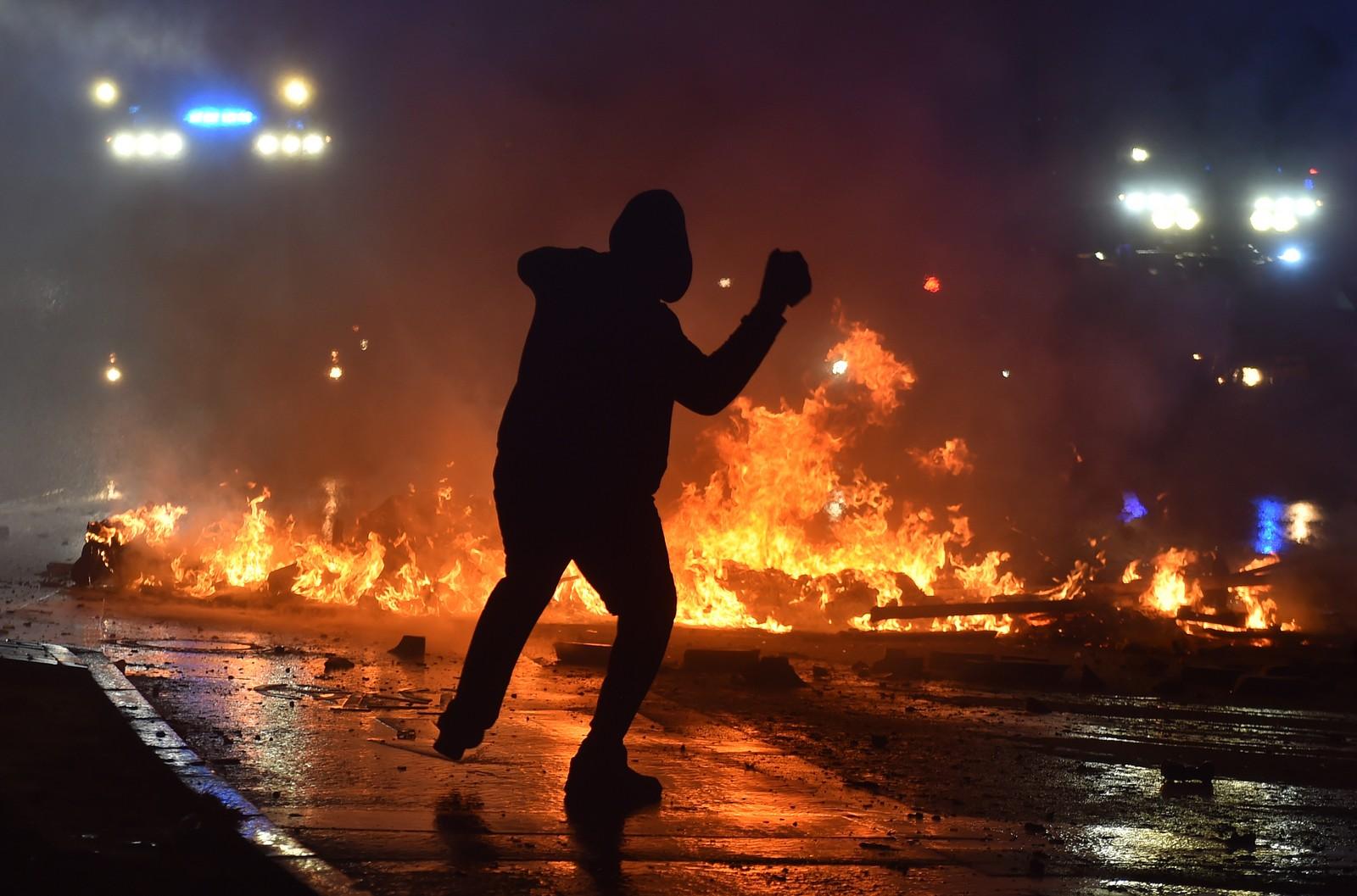 En demonstrant kaster stein.