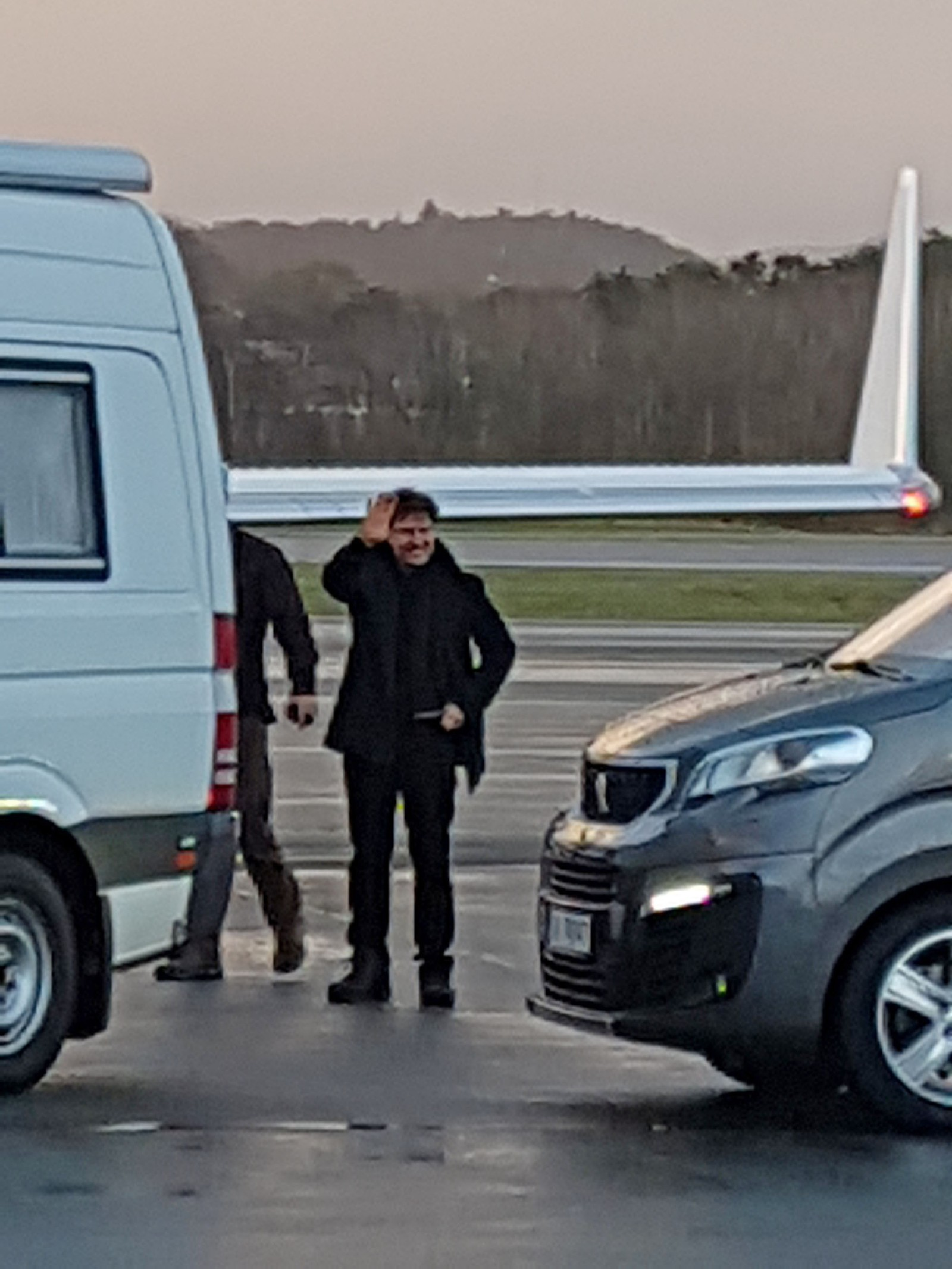 Tom Cruise vinker før han går inn i privatflyet på Stavanger lufthavn Sola torsdag ettermiddag. Skuespilleren blei brakt til Sola med helikopter, og bytta deretter til flyet.