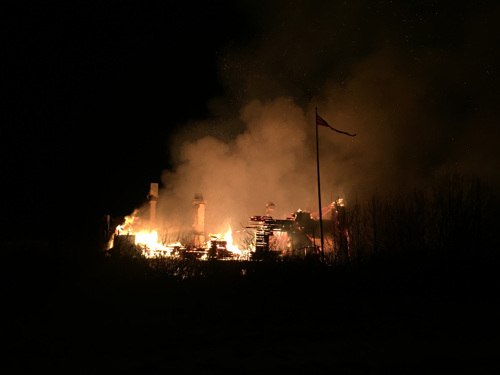 Store mengder røyk veltet opp fra det brennende huset.