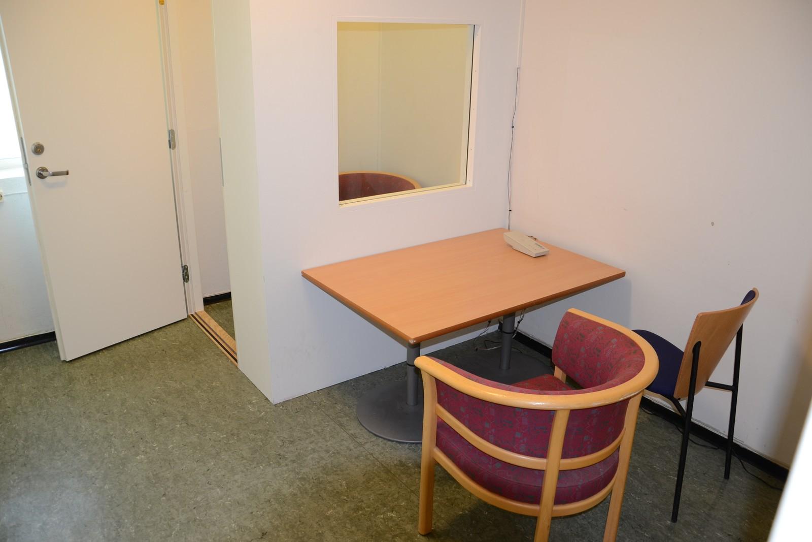På besøksrommet ble Breivik og de besøkende skilt fra hverandre med en glassvegg. Dette er vanlig praksis på avdelinger med særlig høy sikkerhet.