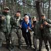 Karina Wathne poserer smilende sammen med militærvaktene