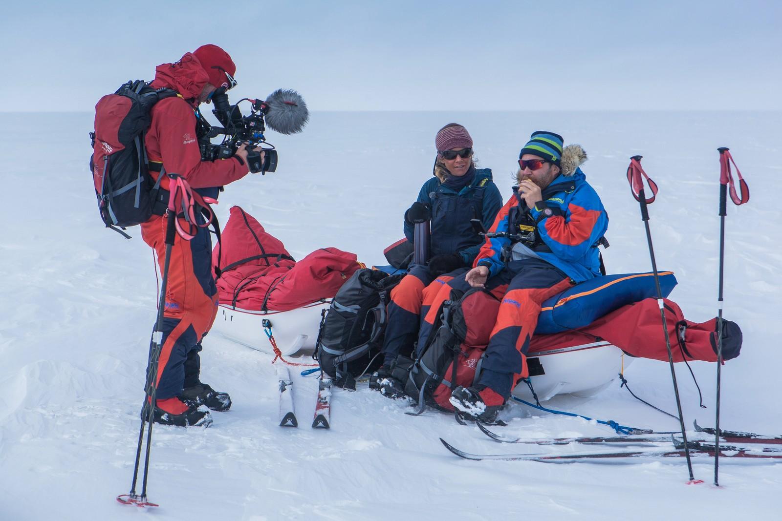 Her er Christopher Fornebo på jobb over Grønland Cecilie Skog og Truls Svendsen.