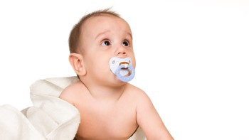 Baby med smokk