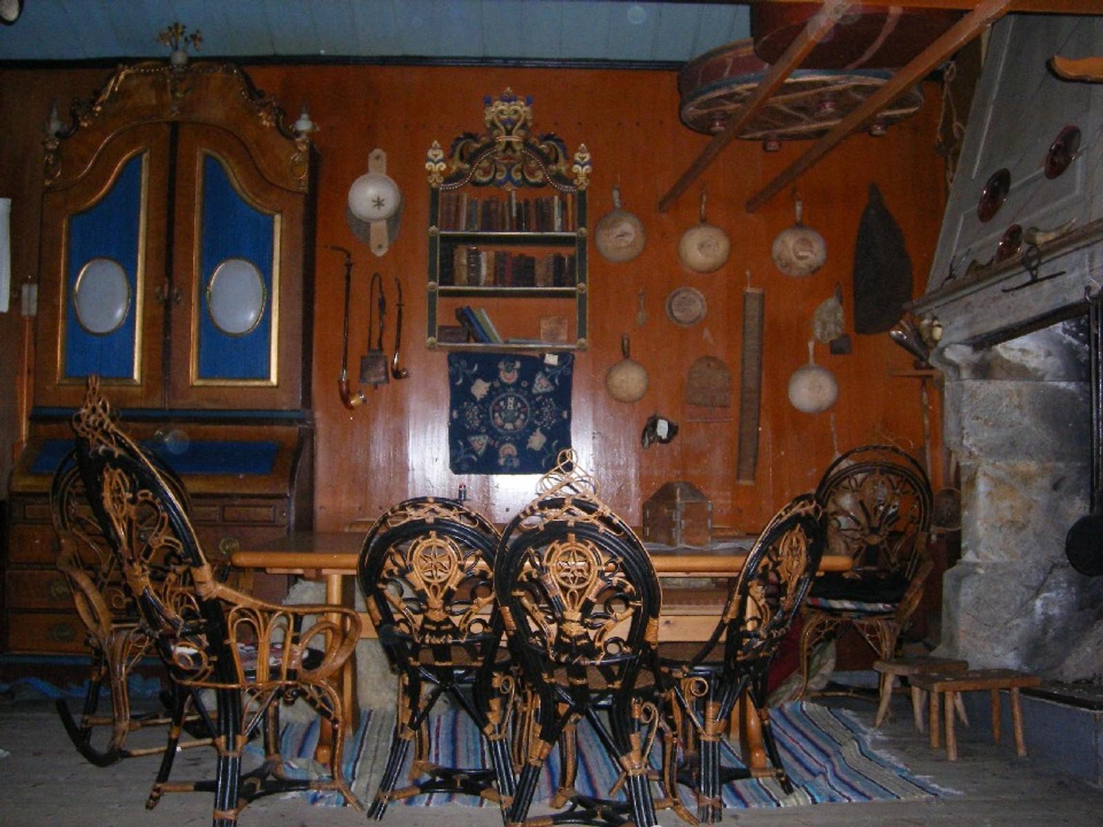 Disse stolene fikk Sæmings bestemor av sin far, som var kaptein på ferja mellom Kristiansand og Hirtshals. Peisen til høyre er i kleberstein.