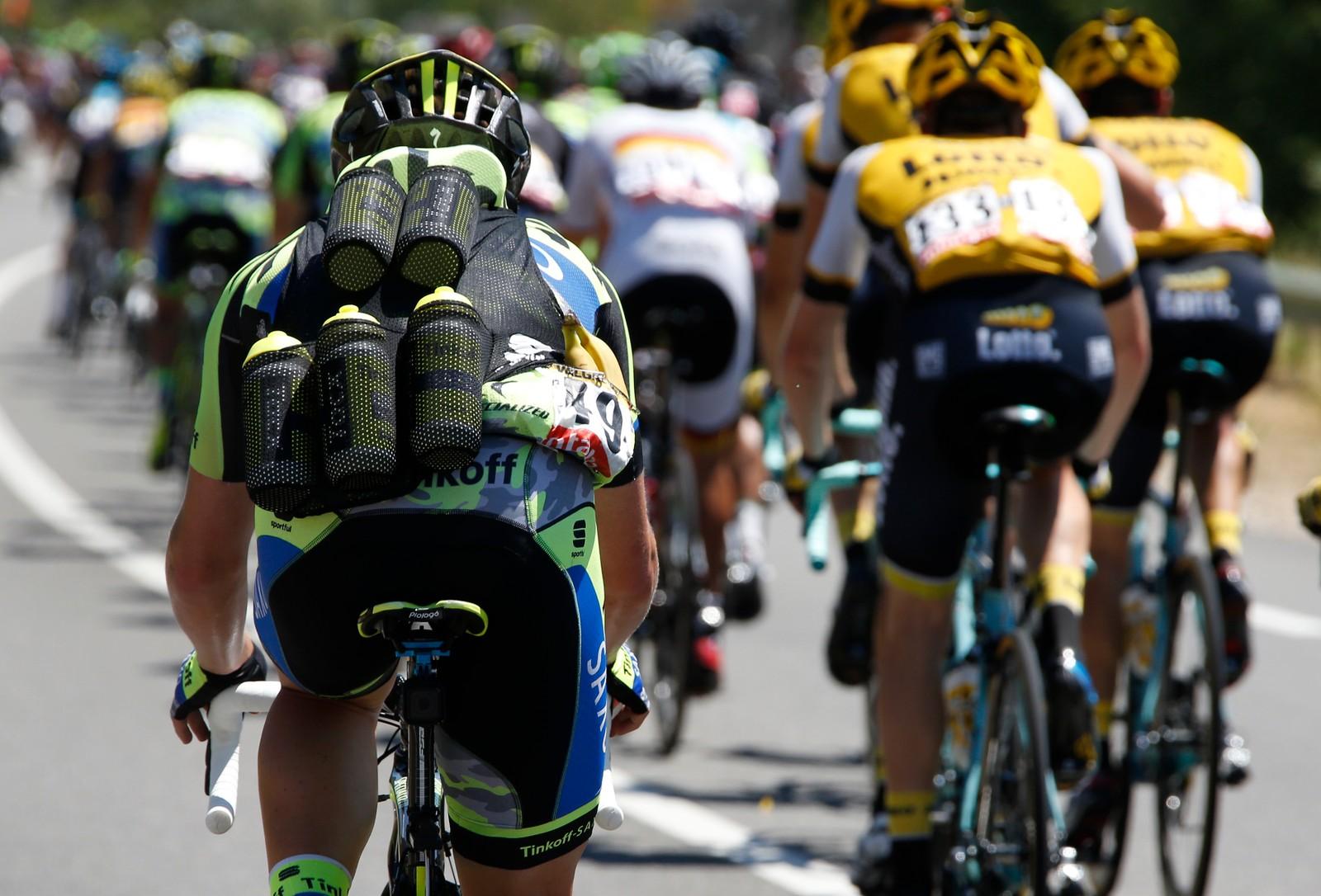 Tinkoff-Saxo-rytter Michael Valgren fra Danmark gjør en jobb for laget. REUTERS