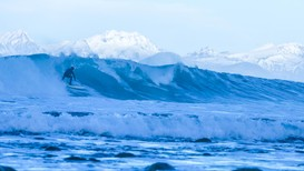 Inge Wegge surfer i Lofoten - Foto: Wegge