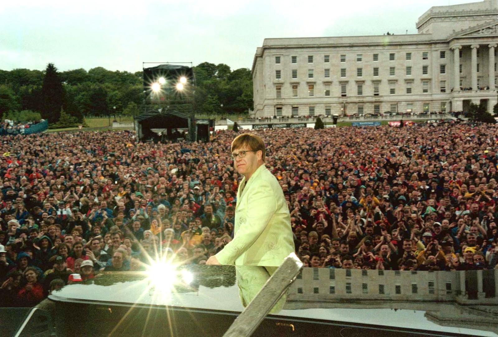 1998: I kjølvannet av fredsavtalen i Nord-Irland blei det arrangert ein serie feelgood-arrangement i Belfast. 15 000 fans omringa parlaments-bygningen då Elton John heldt konsert 27. mai. Fredsavtalen blei signert 10. april.