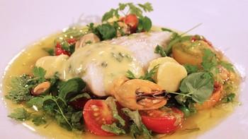 Kjartan Skjelde lager fiskesuppe i Førkveld. Programleder Øyvor Bakke får smake på.