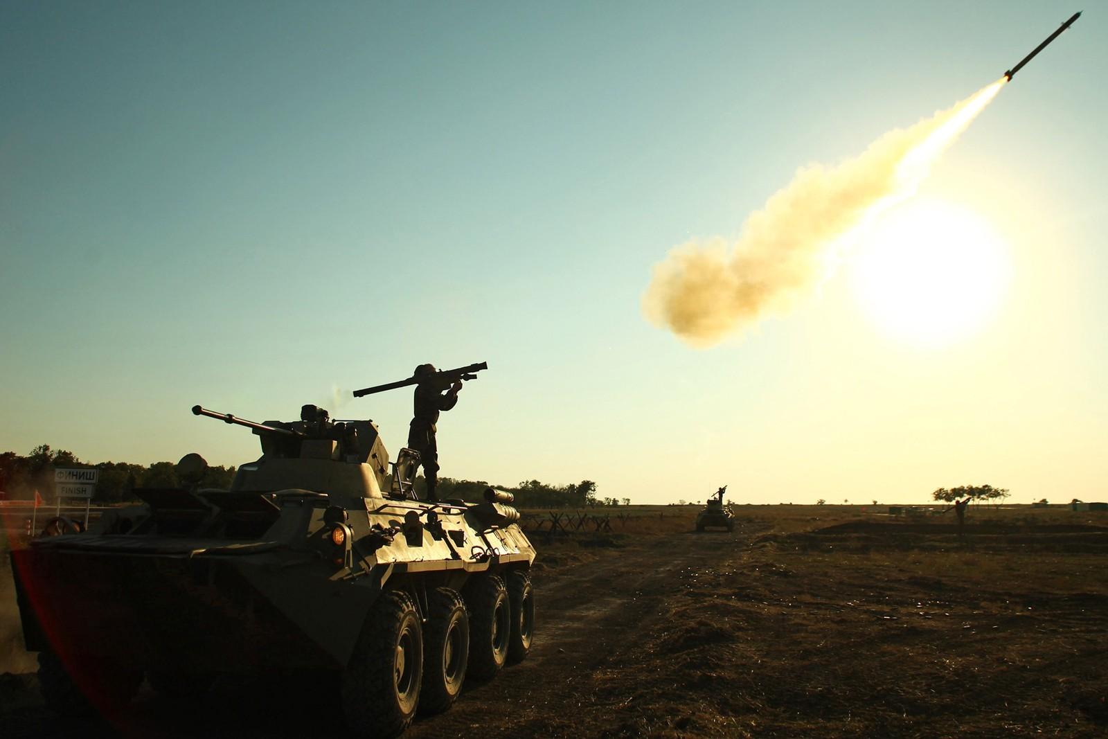 """En soldat fyrer av en luftforsvarsrakett under de internasjonale Militærlekene """"Masters of Antiaircraft Battle - 2015"""". Arrangementet foregikk utenfor byen Yeinsk i Russland."""