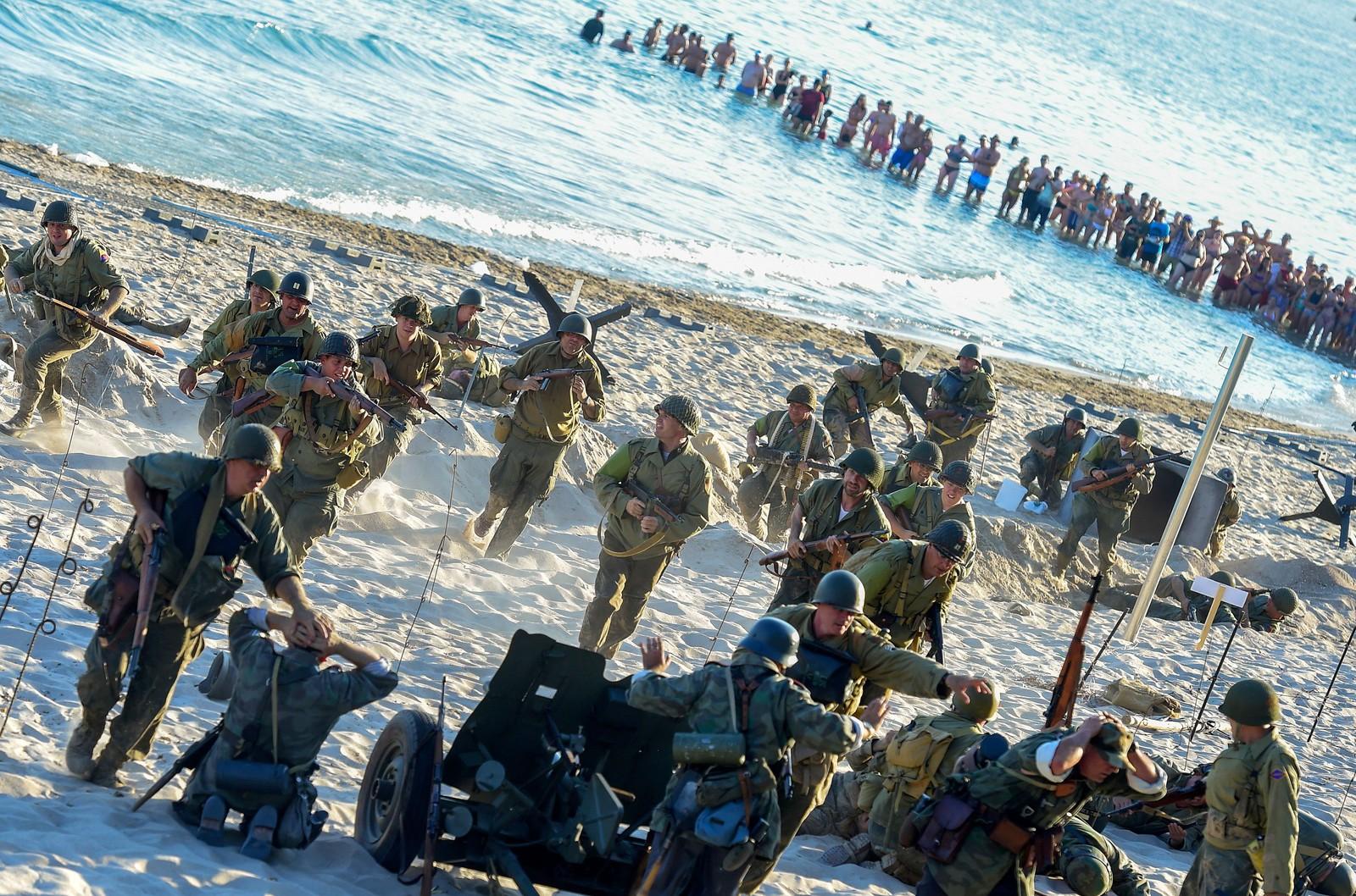 Det er kanskje litt kjedelig at noen skal leke krig akkurat den dagen du hadde planlagt en stranddag. Her gjenskaper de invasjonen i Normandie i Benidorm.