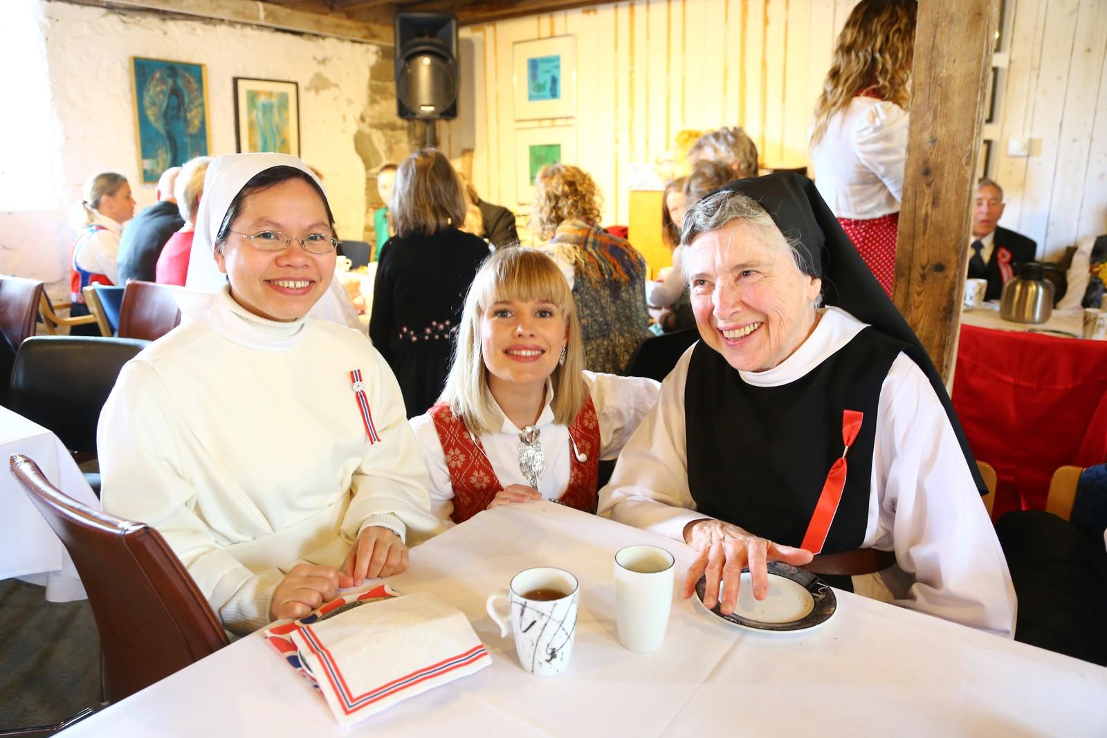 NRK Trøndelags TV-team, Mari Svenning og fotograf Morten Andersen, startet 17.mai-dagen sammen med nonnene på Tautra.