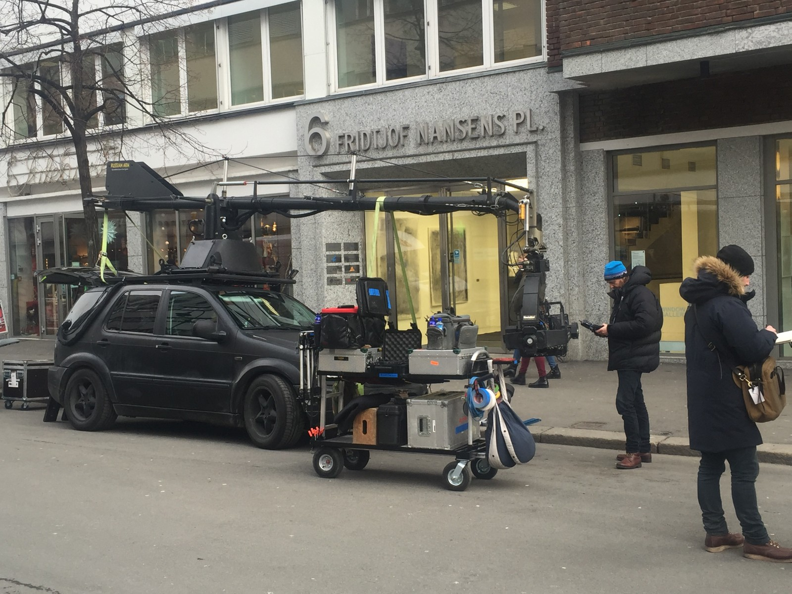 En bil utstyrt med følgekamera gjøres klar.
