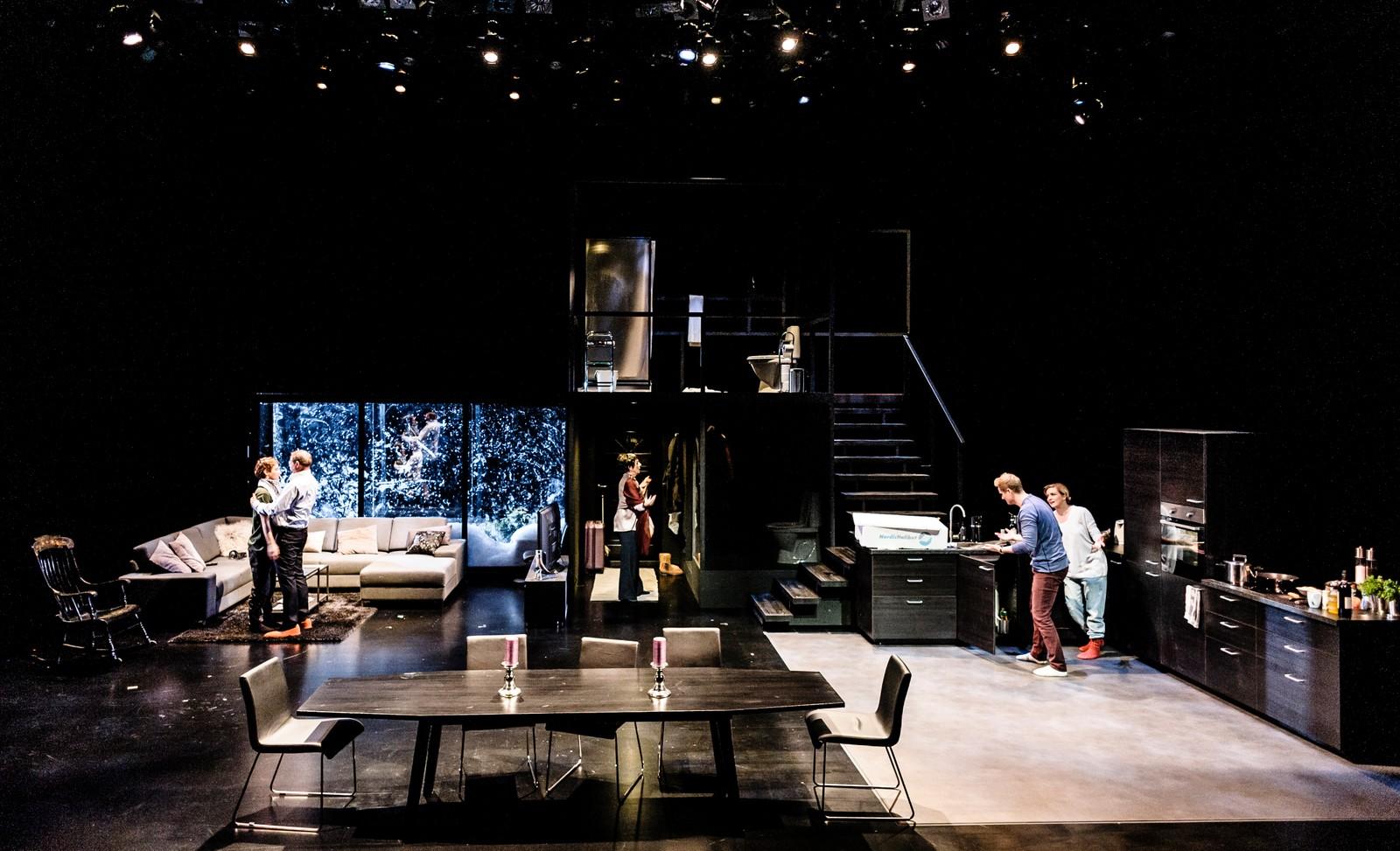 ALLSIDIG SCENE: Bård Lie Thorbjørnsens scenografi er udiskutabelt flott, og imponerer ved å la skuespillerne dusje, gå på do og lage mat på scenen, skriver NRKs anmelder.
