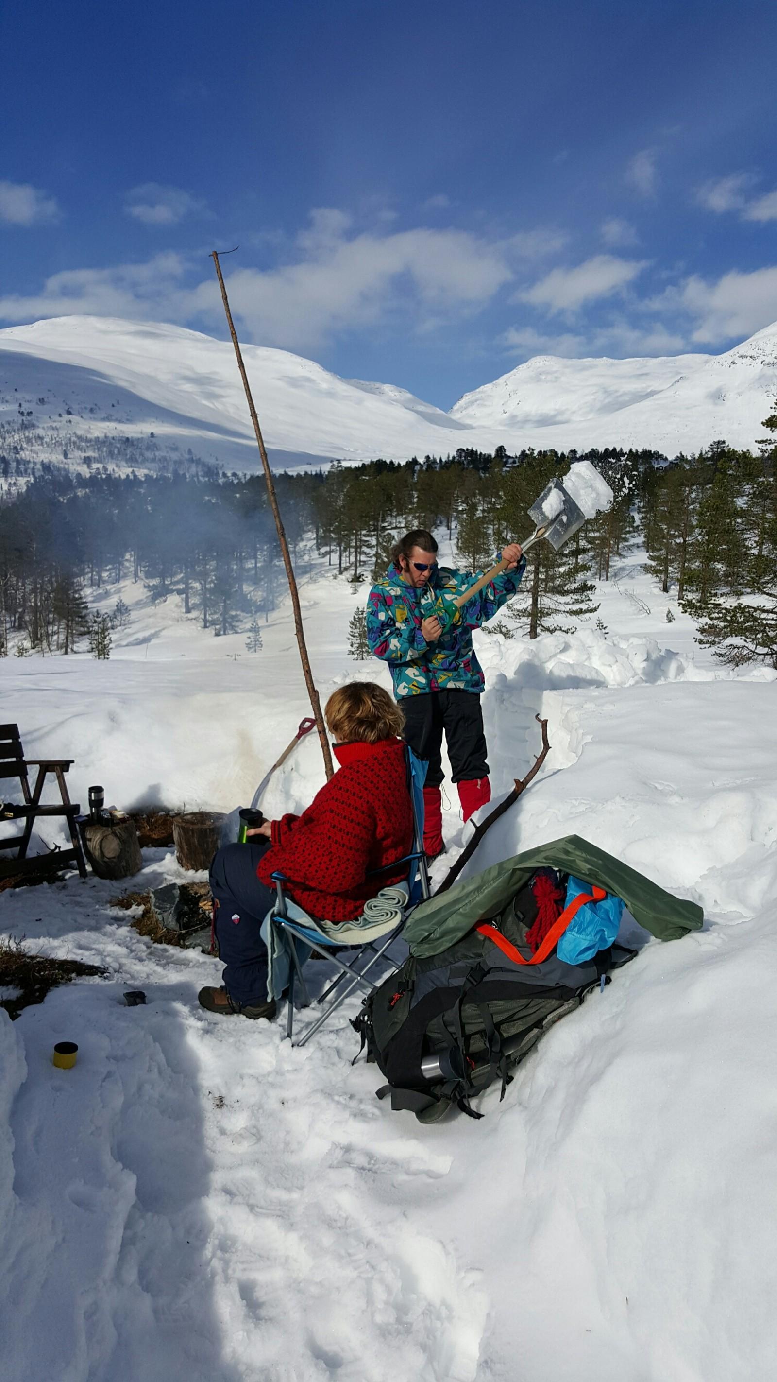 Bålkos og snøskuffing på Tverrfjellet i Stryn, skriv fotografen om dette biletet som var tatt onsdag 23. mars.