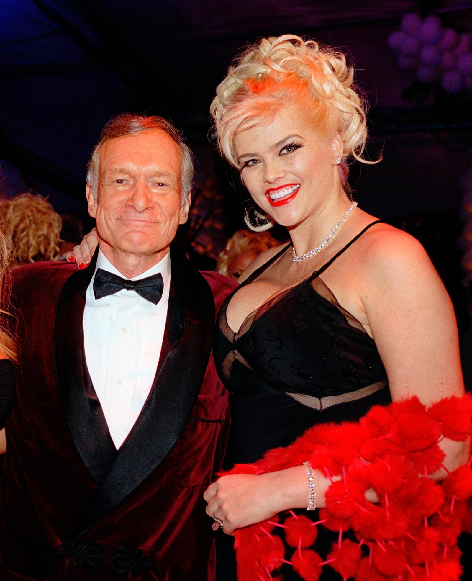 Hefner poserer sammen med Anna Nicole Smith.